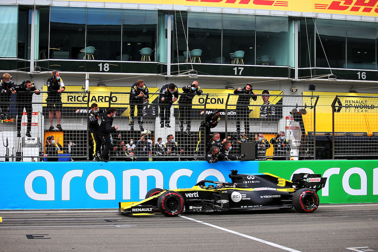 GP EIFEL, The Renault F1 Team celebrate as Daniel Ricciardo (AUS) Renault F1 Team RS20 takes third position at the end of the race. 11.10.2020. Formula 1 World Championship, Rd 11, Eifel Grand Prix, Nurbugring, Germany, Gara Day. - www.xpbimages.com, EMail: requests@xpbimages.com © Copyright: Charniaux / XPB Images