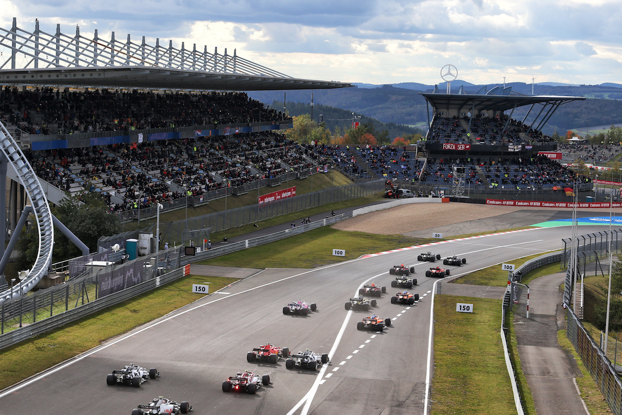 GP EIFEL, Valtteri Bottas (FIN) Mercedes AMG F1 W11 e Lewis Hamilton (GBR) Mercedes AMG F1 W11 lead at the partenza of the race. 11.10.2020. Formula 1 World Championship, Rd 11, Eifel Grand Prix, Nurbugring, Germany, Gara Day. - www.xpbimages.com, EMail: requests@xpbimages.com © Copyright: Moy / XPB Images