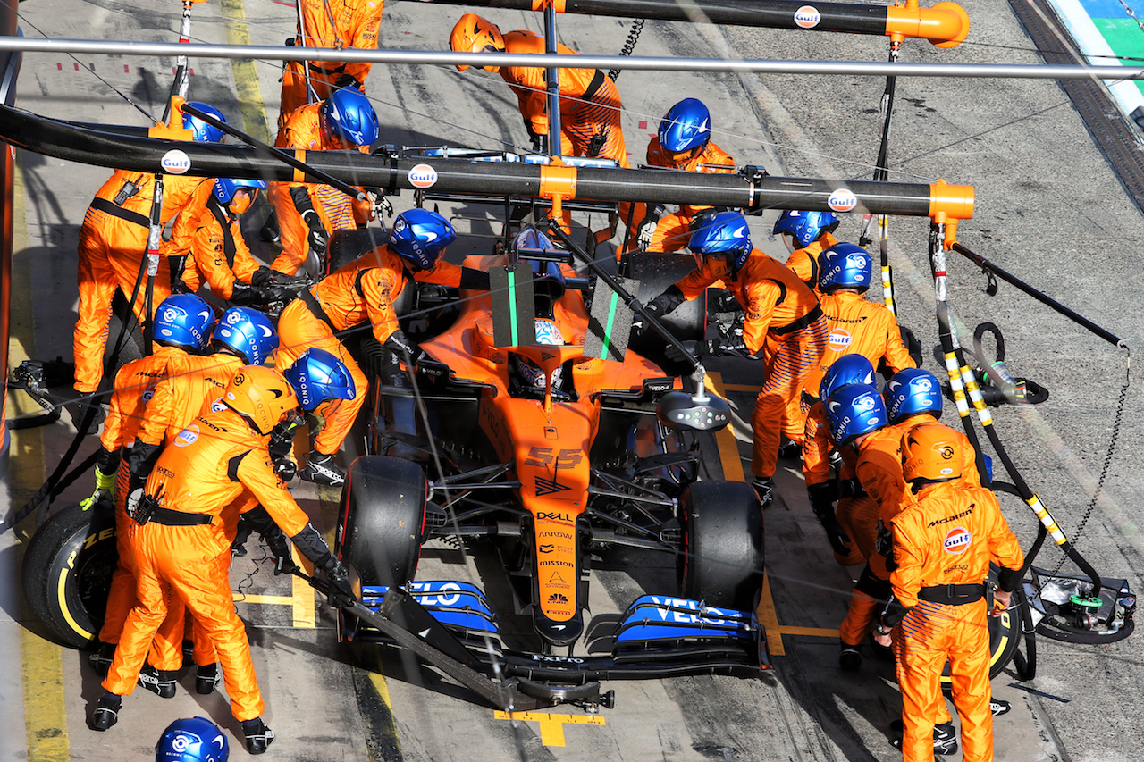 GP EIFEL, Carlos Sainz Jr (ESP) McLaren MCL35 makes a pit stop.