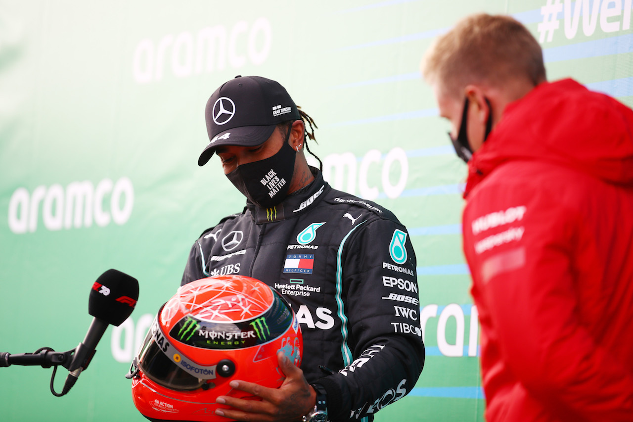 GP EIFEL, Gara winner Lewis Hamilton (GBR) Mercedes AMG F1 is presented with the helmet of Michael Schumacher (GER) by Mick Schumacher (GER) in parc ferme after equalling the record for the number of F1 victories.