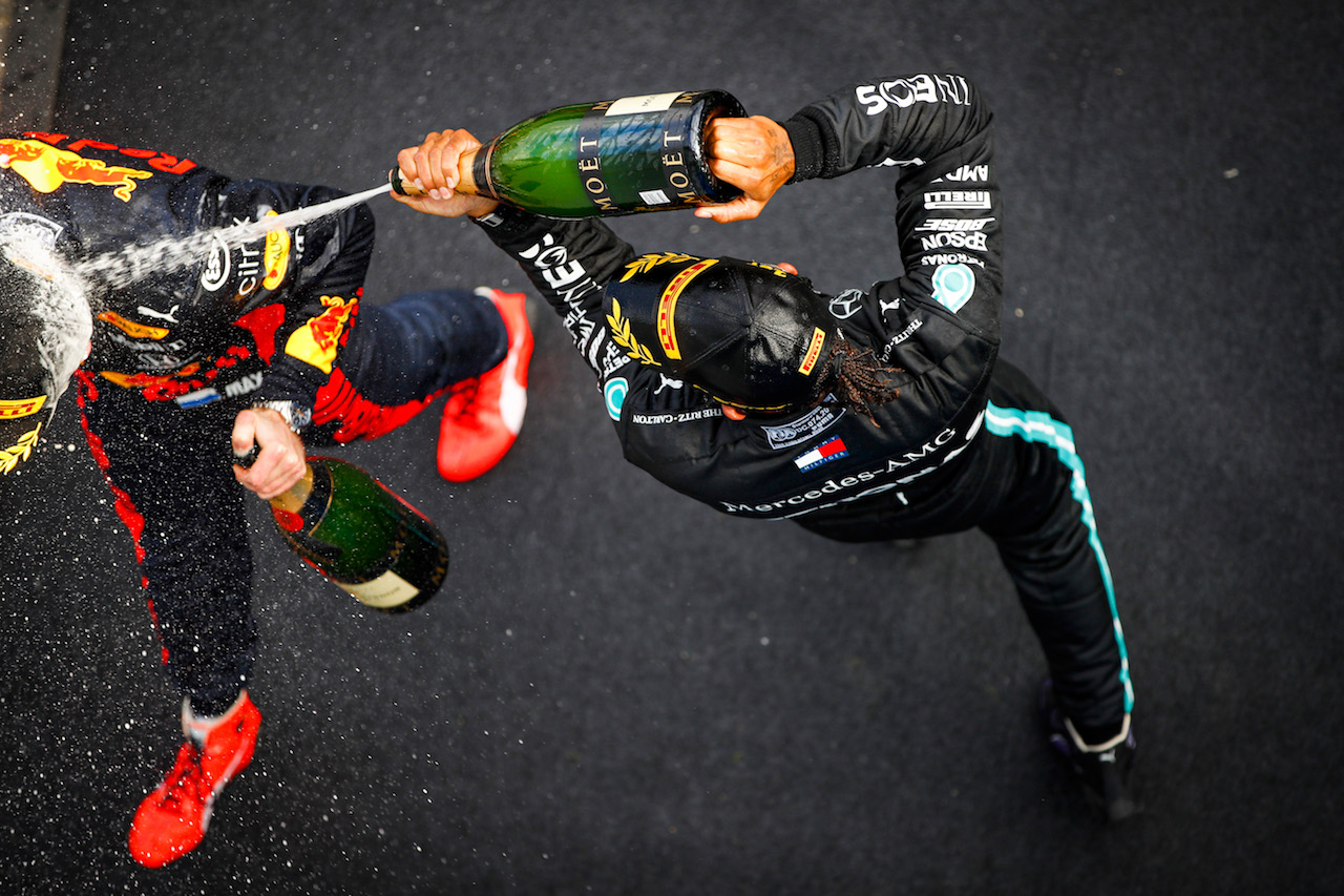 GP EIFEL, Gara winner Lewis Hamilton (GBR) Mercedes AMG F1 celebrates on the podium with Max Verstappen (NLD) Red Bull Racing.