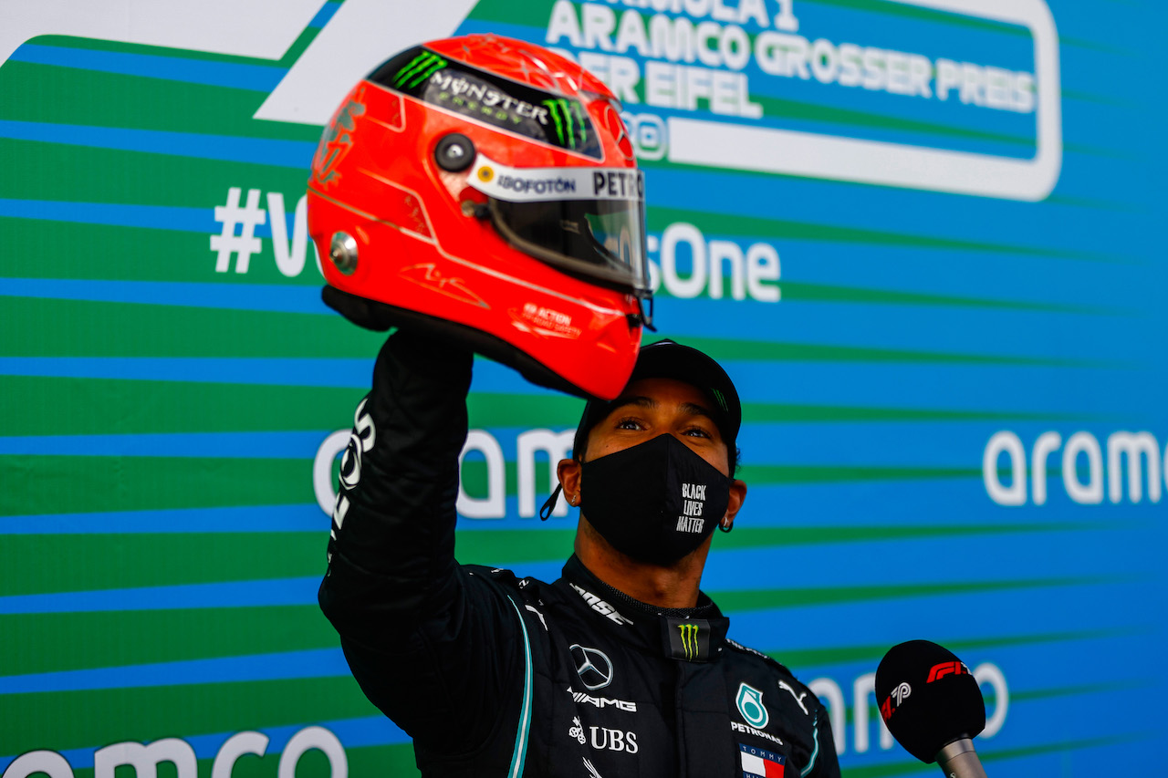 GP EIFEL, Gara winner Lewis Hamilton (GBR) Mercedes AMG F1 is presented with the helmet of Michael Schumacher (GER) in parc ferme after equalling the record for the number of F1 victories. 11.10.2020. Formula 1 World Championship, Rd 11, Eifel Grand Prix, Nurbugring, Germany, Gara Day. - www.xpbimages.com, EMail: requests@xpbimages.com © Copyright: FIA Pool Image for Editorial Use Only