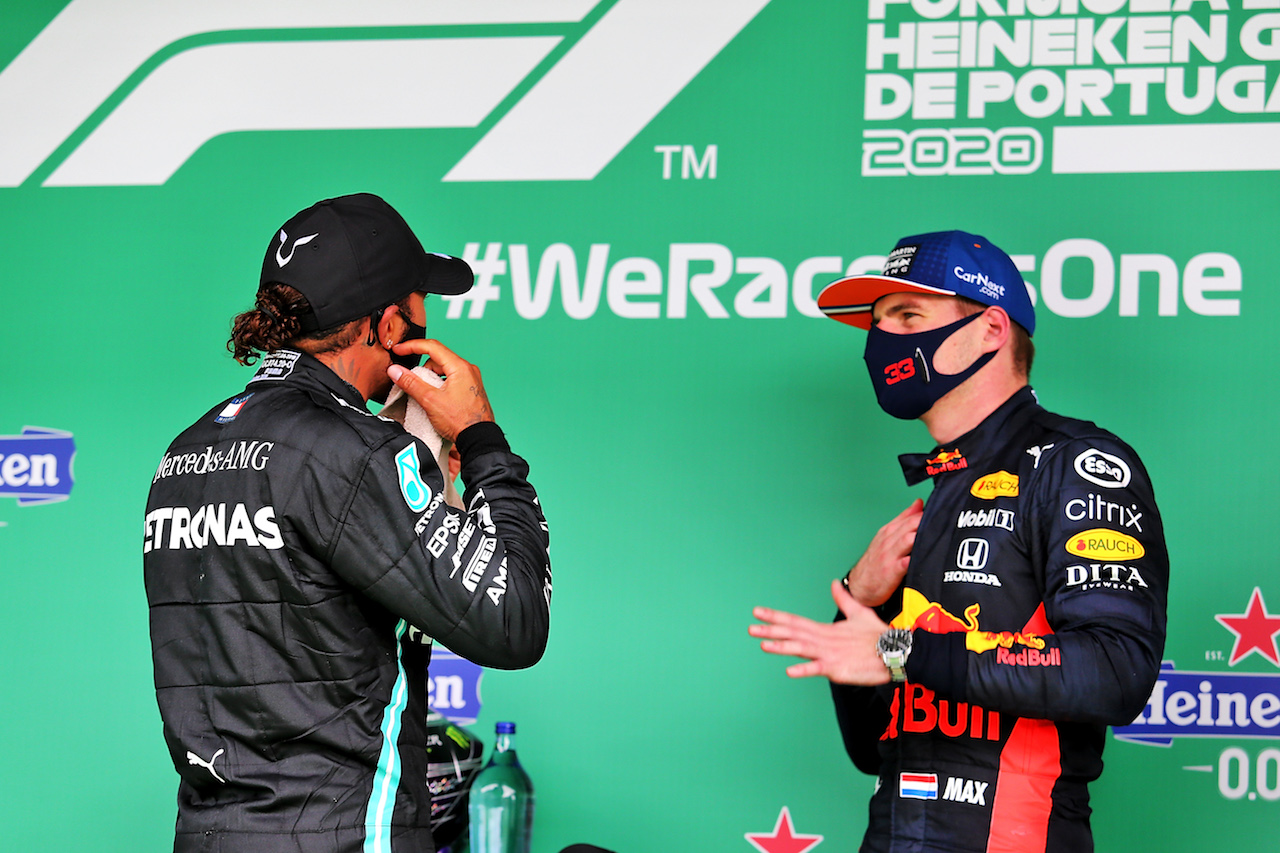 GP PORTOGALLO, (L to R): Gara winner Lewis Hamilton (GBR) Mercedes AMG F1 in parc ferme with Max Verstappen (NLD) Red Bull Racing. 25.10.2020. Formula 1 World Championship, Rd 12, Portuguese Grand Prix, Portimao, Portugal, Gara Day. - www.xpbimages.com, EMail: requests@xpbimages.com © Copyright: Charniaux / XPB Images