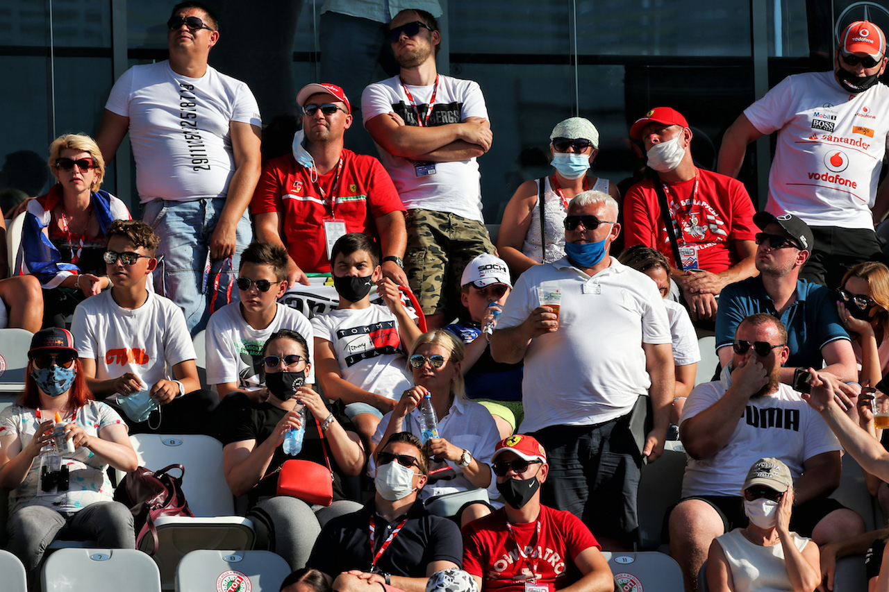 GP RUSSIA, Circuit Atmosfera - fans in the grandstand. 27.09.2020. Formula 1 World Championship, Rd 10, Russian Grand Prix, Sochi Autodrom, Sochi, Russia, Gara Day. - www.xpbimages.com, EMail: requests@xpbimages.com © Copyright: Moy / XPB Images