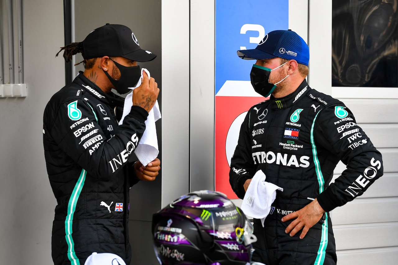 GP RUSSIA, (L to R): Lewis Hamilton (GBR) Mercedes AMG F1 in qualifying parc ferme with team mate Valtteri Bottas (FIN) Mercedes AMG F1.