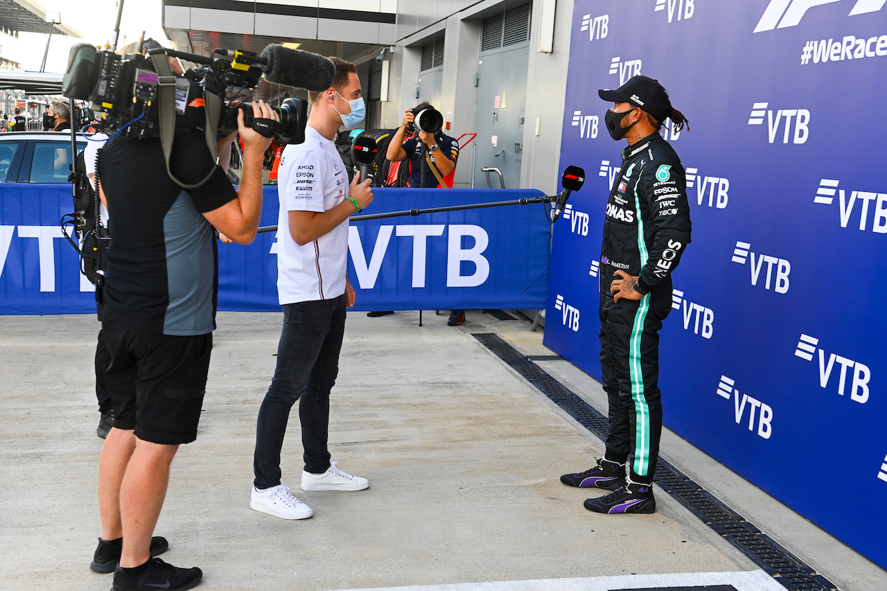 GP RUSSIA, Lewis Hamilton (GBR) Mercedes AMG F1 in qualifying parc ferme with Stoffel Vandoorne (BEL) Mercedes AMG F1 Reserve Driver. 26.09.2020. Formula 1 World Championship, Rd 10, Russian Grand Prix, Sochi Autodrom, Sochi, Russia, Qualifiche Day. - www.xpbimages.com, EMail: requests@xpbimages.com © Copyright: FIA Pool Image for Editorial Use Only