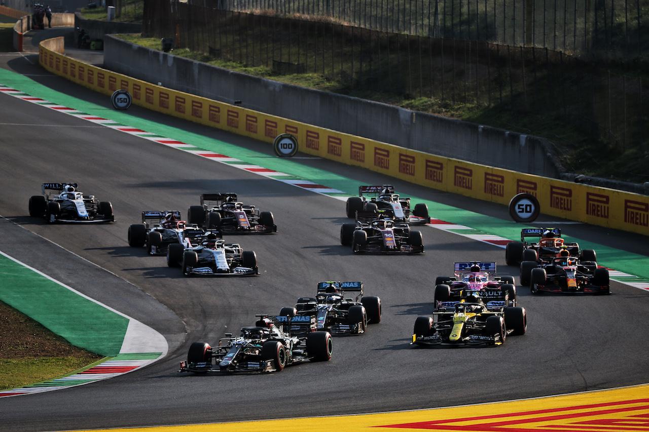 GP TOSCANA FERRARI 1000, Lewis Hamilton (GBR) Mercedes AMG F1 W11 davanti a Daniel Ricciardo (AUS) Renault F1 Team RS20 at the repartenza of the race. 13.09.2020. Formula 1 World Championship, Rd 9, Tuscan Grand Prix, Mugello, Italy, Gara Day. - www.xpbimages.com, EMail: requests@xpbimages.com © Copyright: Batchelor / XPB Images