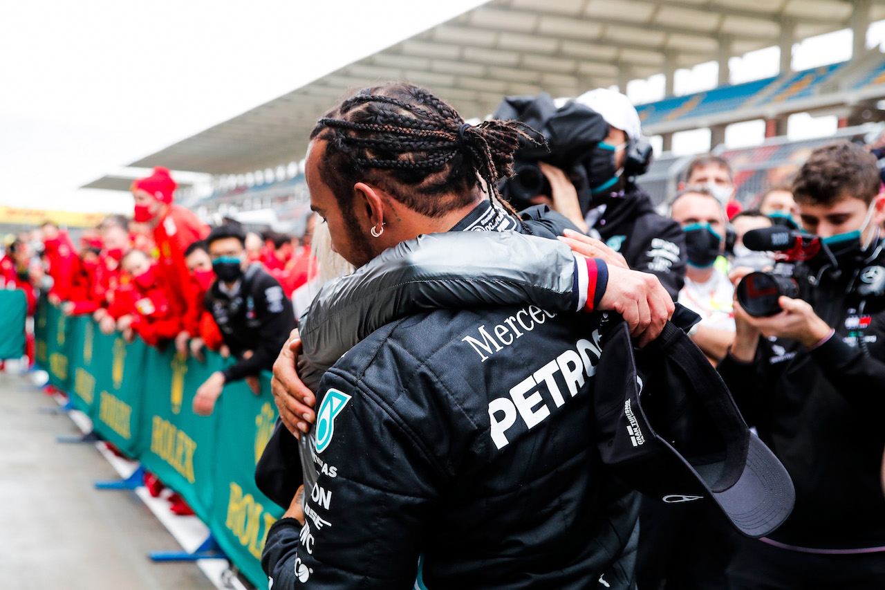 GP TURCHIA, Gara winner e World Champion Lewis Hamilton (GBR) Mercedes AMG F1 celebrates in parc ferme with Angela Cullen (NZL) Mercedes AMG F1 Physiotherapist. 15.11.2020. Formula 1 World Championship, Rd 14, Turkish Grand Prix, Istanbul, Turkey, Gara Day. - www.xpbimages.com, EMail: requests@xpbimages.com © Copyright: FIA Pool Image for Editorial Use Only