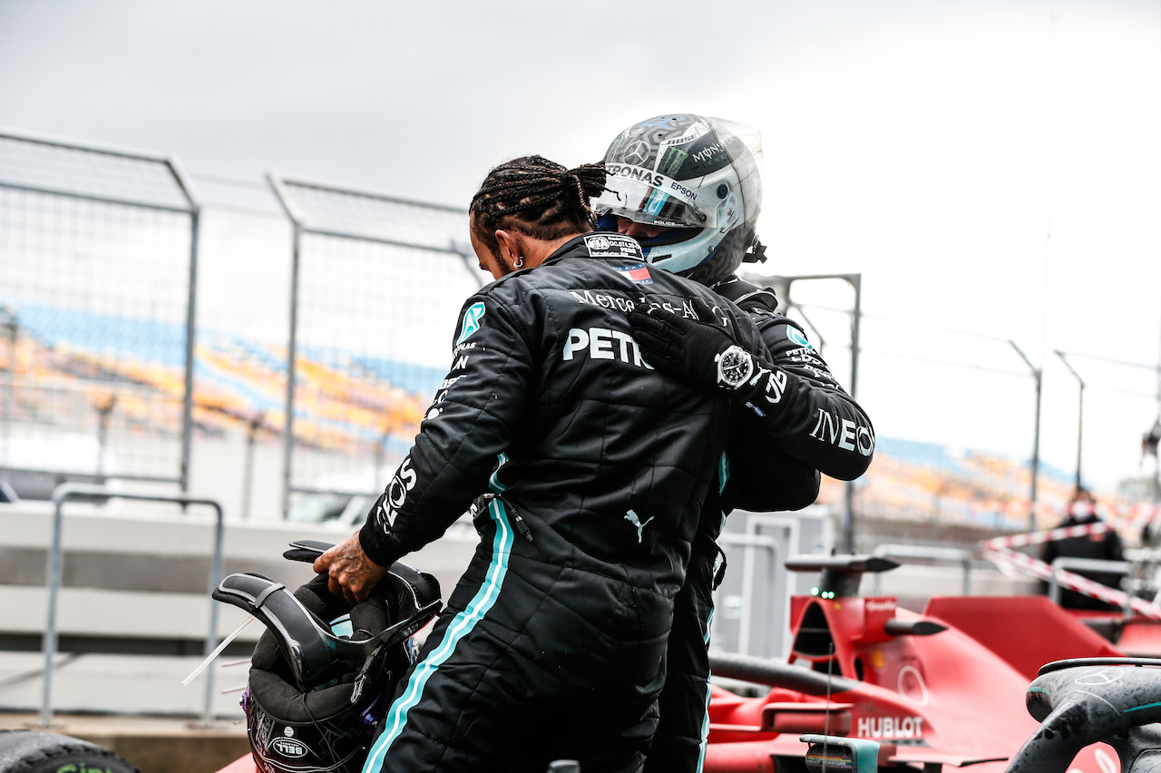 GP TURCHIA, Gara winner e World Champion Lewis Hamilton (GBR) Mercedes AMG F1 celebrates in parc ferme with team mate Valtteri Bottas (FIN) Mercedes AMG F1.