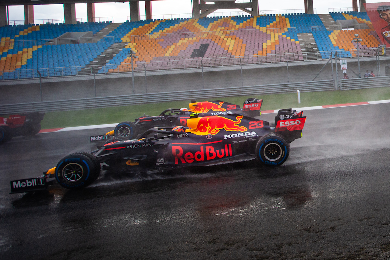 GP TURCHIA, Alexander Albon (THA) Red Bull Racing RB16 e Max Verstappen (NLD) Red Bull Racing RB16 at the partenza of the race. 15.11.2020. Formula 1 World Championship, Rd 14, Turkish Grand Prix, Istanbul, Turkey, Gara Day. - www.xpbimages.com, EMail: requests@xpbimages.com © Copyright: Bearne / XPB Images