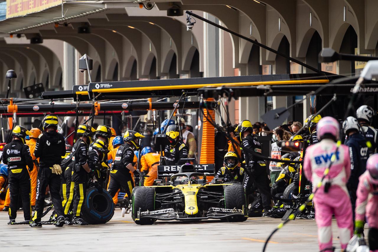 GP TURCHIA, Daniel Ricciardo (AUS) Renault F1 Team RS20 makes a pit stop. 15.11.2020. Formula 1 World Championship, Rd 14, Turkish Grand Prix, Istanbul, Turkey, Gara Day. - www.xpbimages.com, EMail: requests@xpbimages.com © Copyright: Bearne / XPB Images