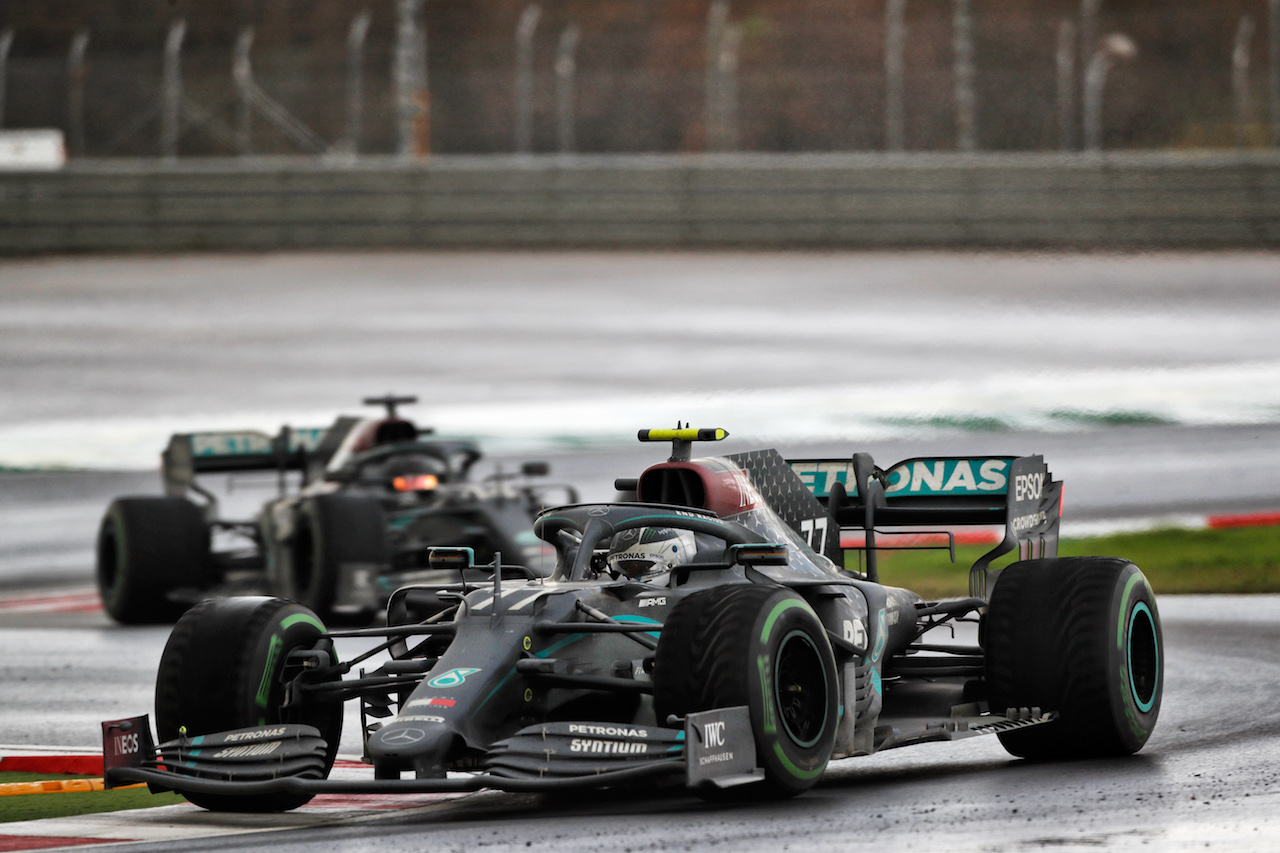 GP TURCHIA, Valtteri Bottas (FIN) Mercedes AMG F1 W11 about to be lapped by team mate Lewis Hamilton (GBR) Mercedes AMG F1 W11. 15.11.2020. Formula 1 World Championship, Rd 14, Turkish Grand Prix, Istanbul, Turkey, Gara Day. - www.xpbimages.com, EMail: requests@xpbimages.com © Copyright: Staley / XPB Images