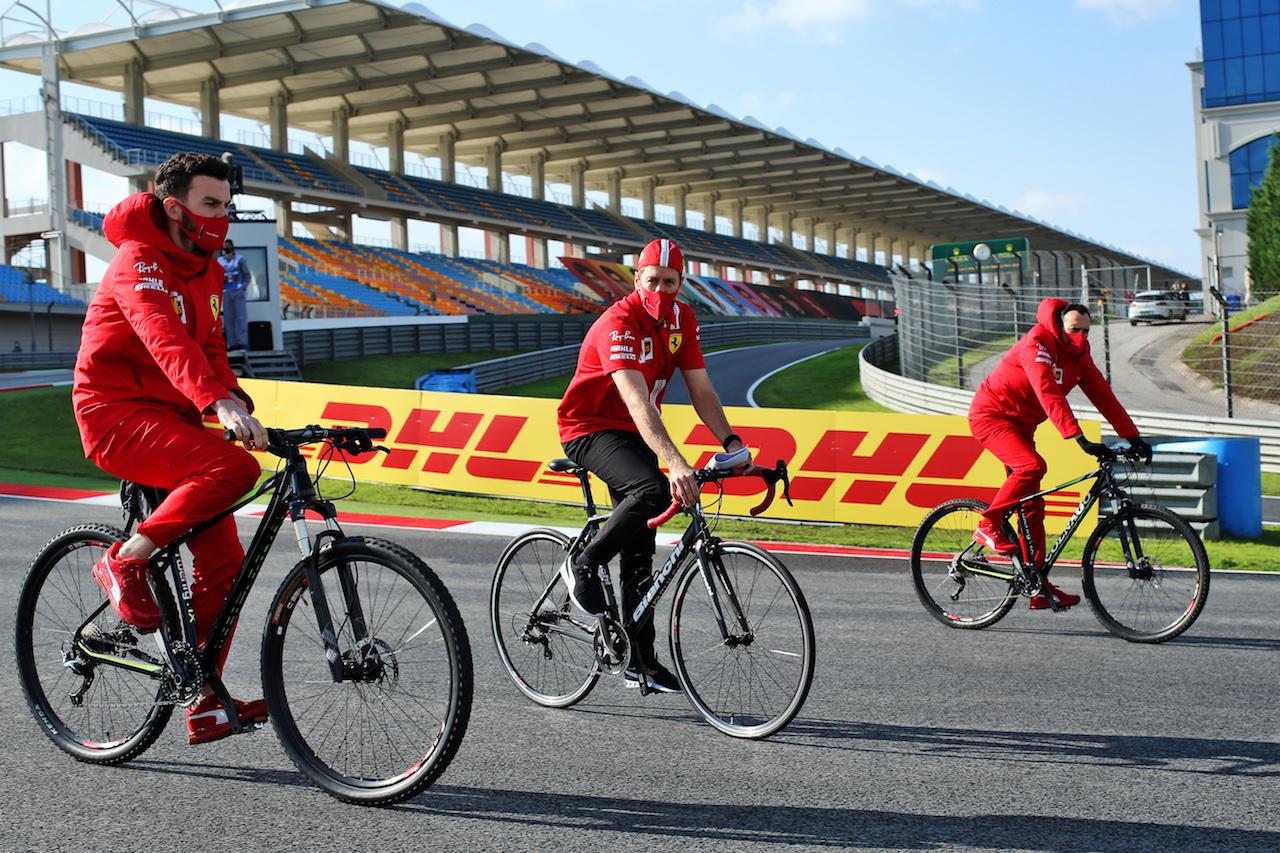 GP TURCHIA, Sebastian Vettel (GER) Ferrari rides the circuit with the team. 12.11.2020. Formula 1 World Championship, Rd 14, Turkish Grand Prix, Istanbul, Turkey, Preparation Day. - www.xpbimages.com, EMail: requests@xpbimages.com © Copyright: Batchelor / XPB Images