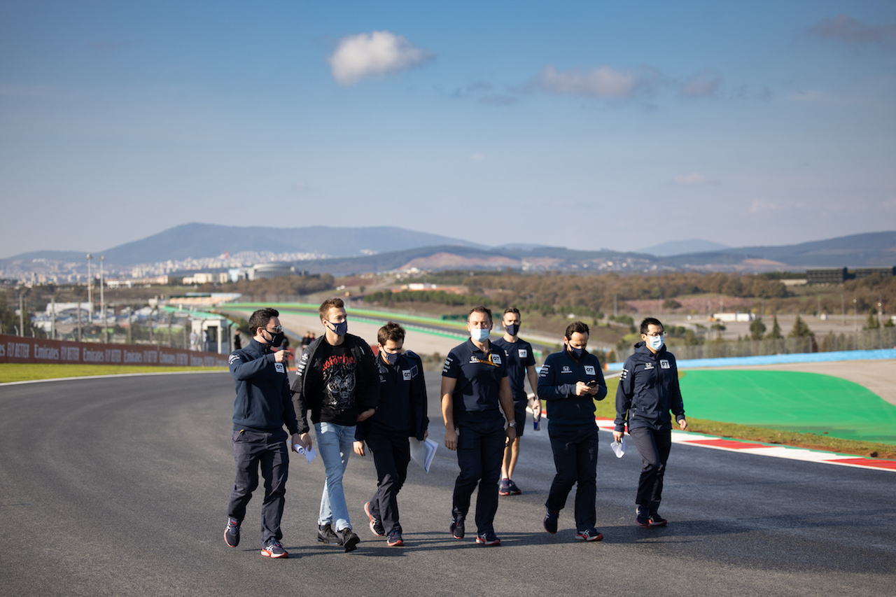 GP TURCHIA, Daniil Kvyat (RUS) AlphaTauri walks the circuit with the team.