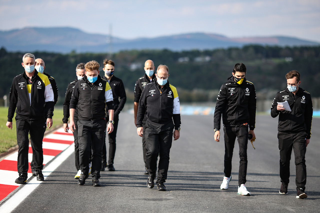 GP TURCHIA, Esteban Ocon (FRA) Renault F1 Team walks the circuit with the team. 12.11.2020. Formula 1 World Championship, Rd 14, Turkish Grand Prix, Istanbul, Turkey, Preparation Day. - www.xpbimages.com, EMail: requests@xpbimages.com © Copyright: Charniaux / XPB Images
