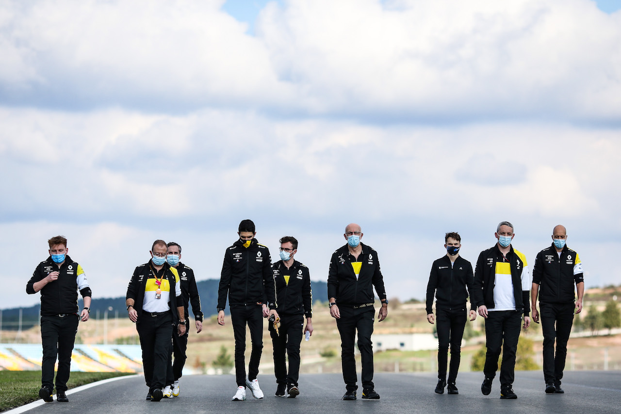 GP TURCHIA, Esteban Ocon (FRA) Renault F1 Team walks the circuit with the team.