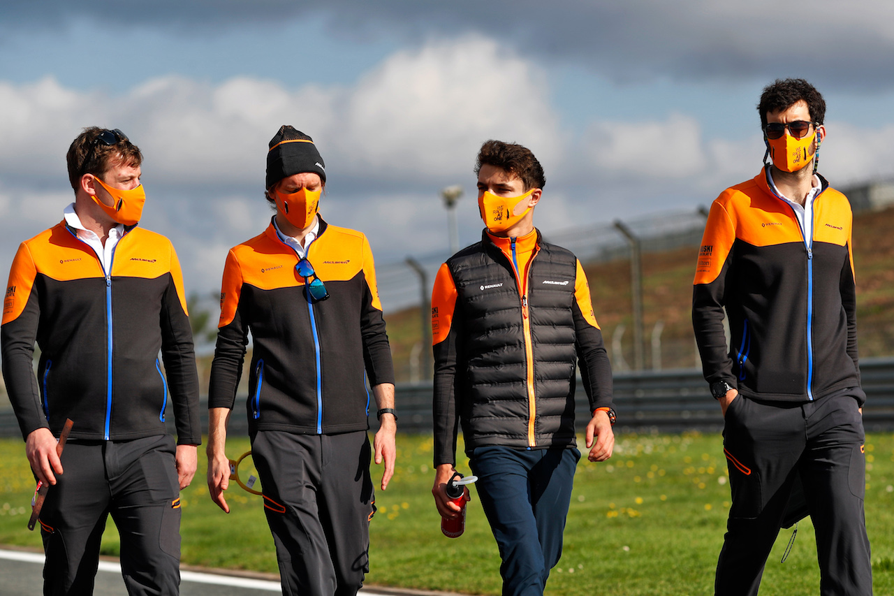 GP TURCHIA, Lando Norris (GBR) McLaren walks the circuit with the team. 12.11.2020. Formula 1 World Championship, Rd 14, Turkish Grand Prix, Istanbul, Turkey, Preparation Day. - www.xpbimages.com, EMail: requests@xpbimages.com © Copyright: Staley / XPB Images
