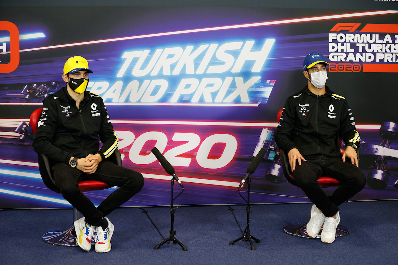 GP TURCHIA, (L to R): Esteban Ocon (FRA) Renault F1 Team e team mate Daniel Ricciardo (AUS) Renault F1 Team in the FIA Press Conference.