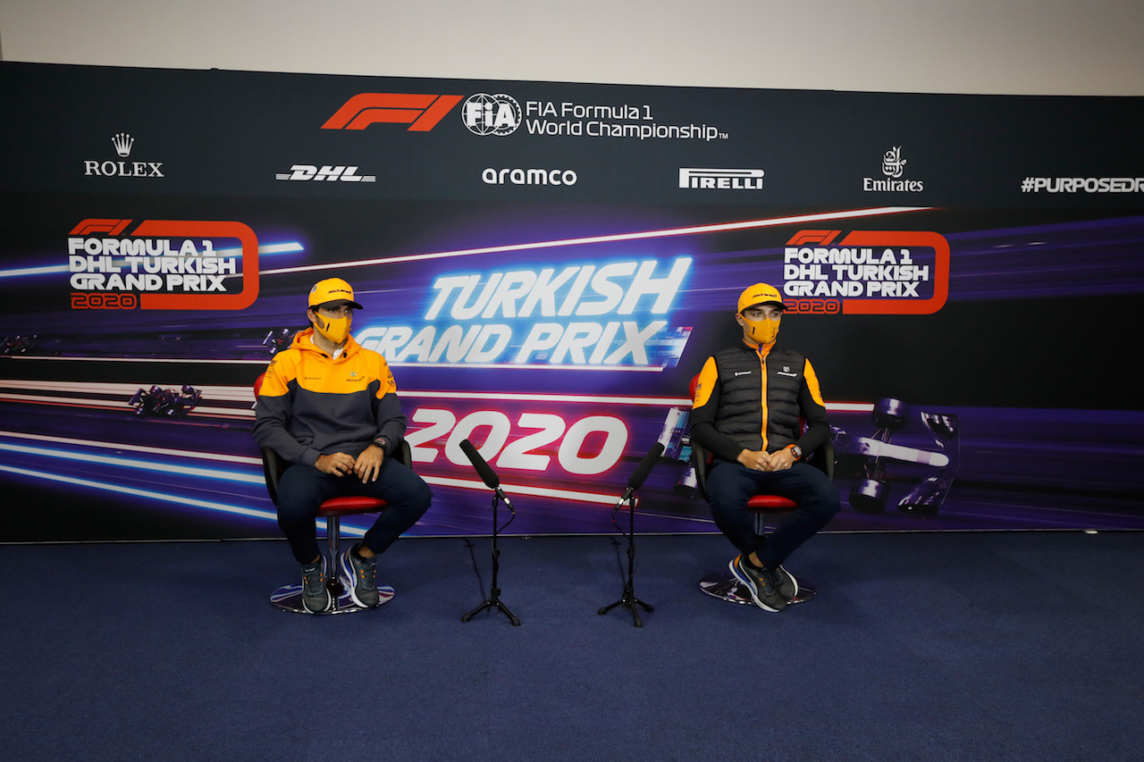 GP TURCHIA, (L to R): Carlos Sainz Jr (ESP) McLaren e team mate Lando Norris (GBR) McLaren in the FIA Press Conference. 12.11.2020. Formula 1 World Championship, Rd 14, Turkish Grand Prix, Istanbul, Turkey, Preparation Day. - www.xpbimages.com, EMail: requests@xpbimages.com © Copyright: FIA Pool Image for Editorial Use Only