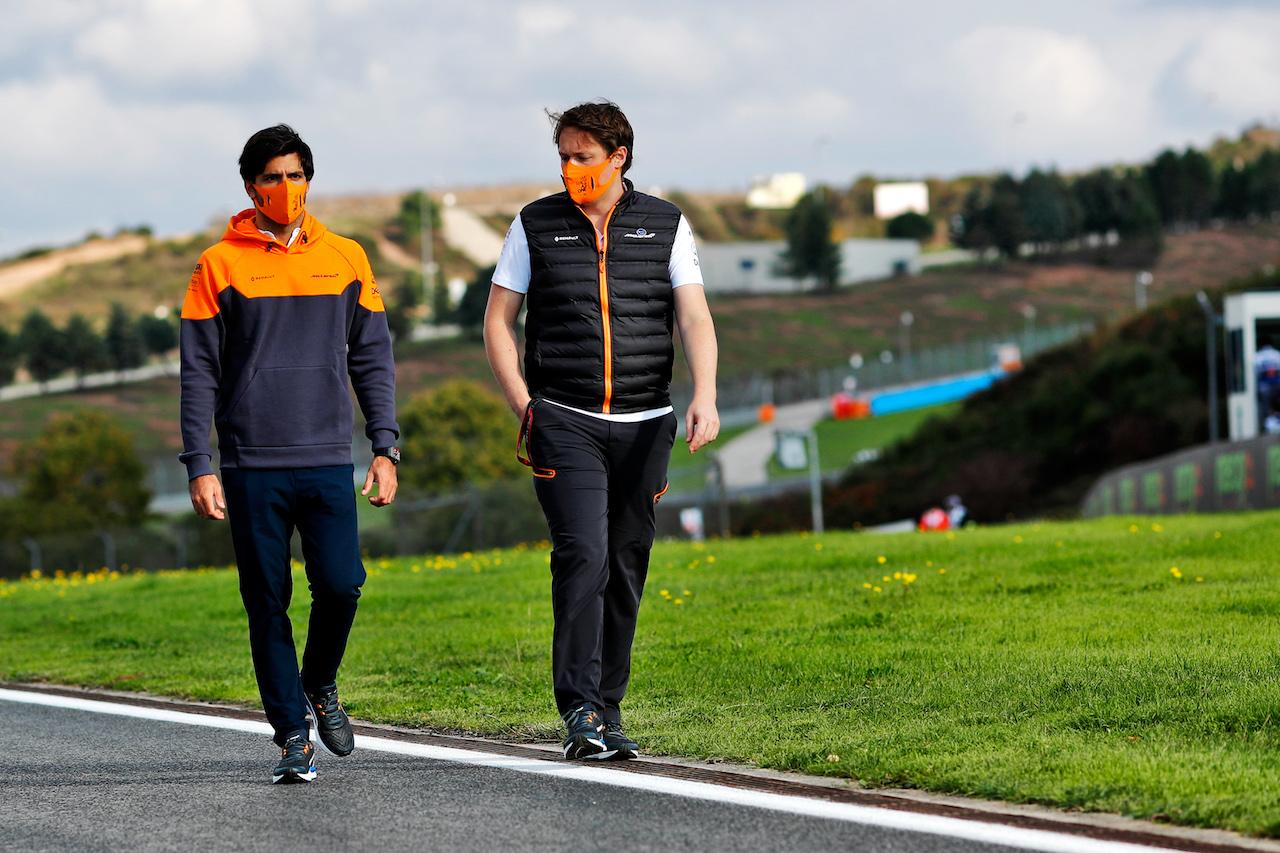 GP TURCHIA, Carlos Sainz Jr (ESP) McLaren walks the circuit with the team. 12.11.2020. Formula 1 World Championship, Rd 14, Turkish Grand Prix, Istanbul, Turkey, Preparation Day. - www.xpbimages.com, EMail: requests@xpbimages.com © Copyright: Staley / XPB Images