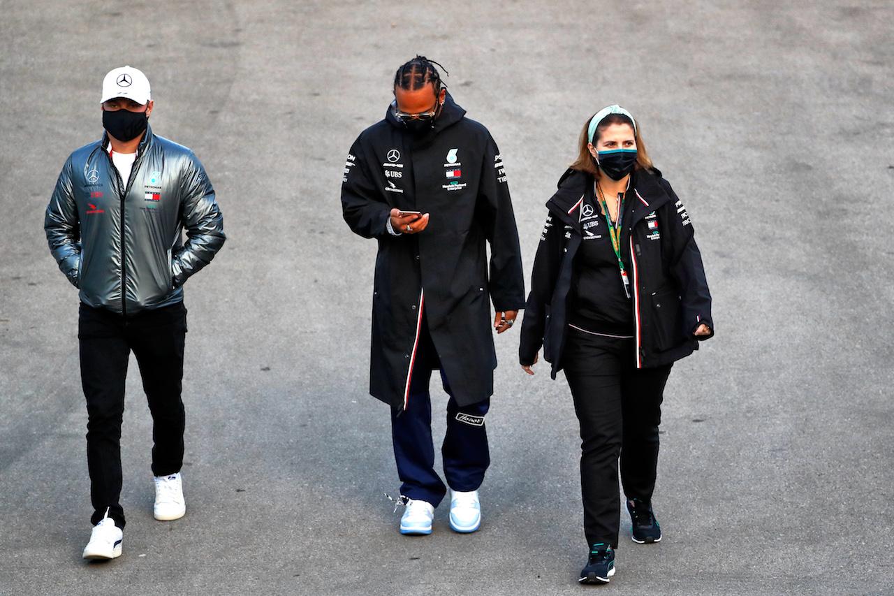 GP TURCHIA, (L to R): Valtteri Bottas (FIN) Mercedes AMG F1 e Lewis Hamilton (GBR) Mercedes AMG F1. 12.11.2020. Formula 1 World Championship, Rd 14, Turkish Grand Prix, Istanbul, Turkey, Preparation Day. - www.xpbimages.com, EMail: requests@xpbimages.com © Copyright: Staley / XPB Images