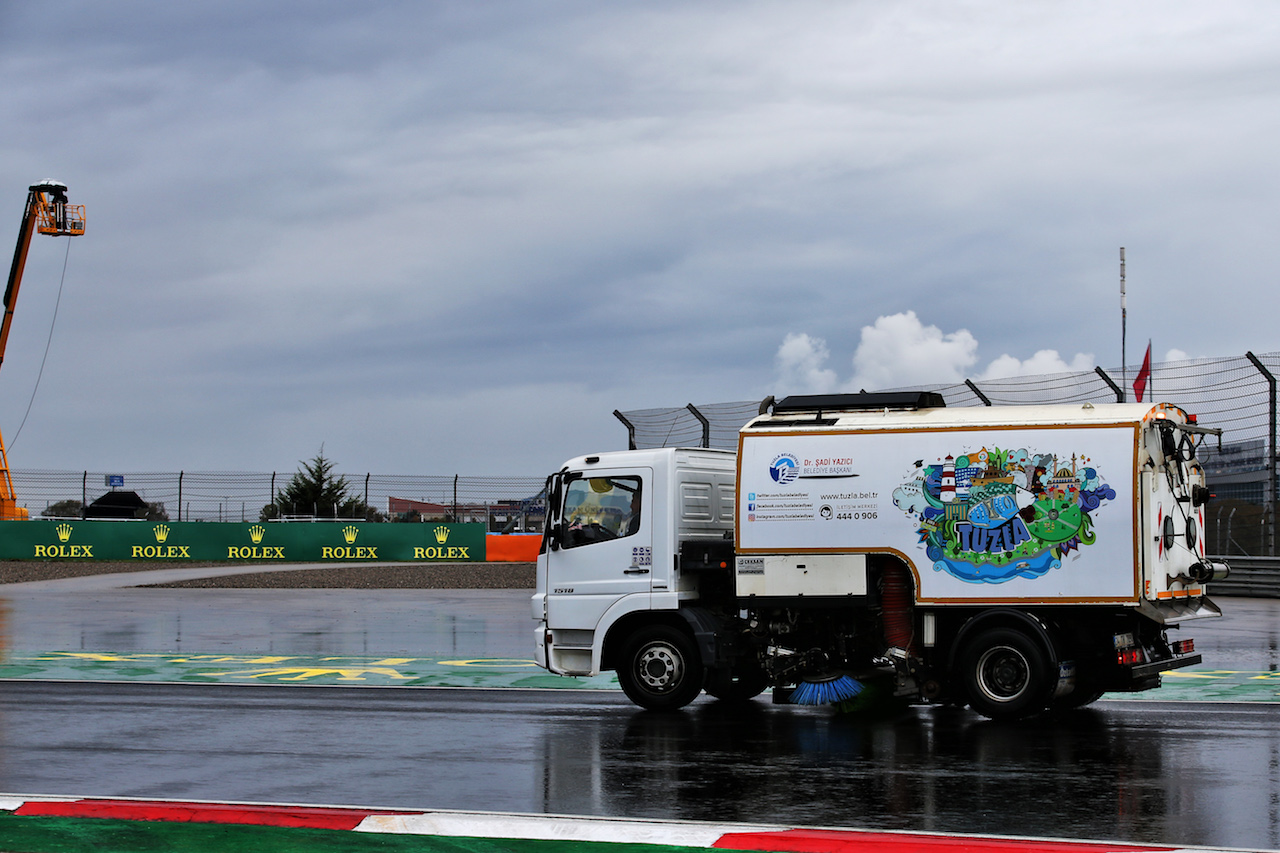 GP TURCHIA, Circuit Atmosfera - a track sweeper during qualifying. 14.11.2020. Formula 1 World Championship, Rd 14, Turkish Grand Prix, Istanbul, Turkey, Qualifiche Day. - www.xpbimages.com, EMail: requests@xpbimages.com © Copyright: Batchelor / XPB Images