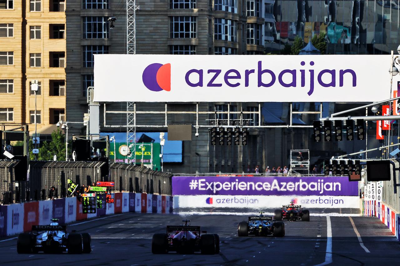 GP AZERBAIJAN, Sergio Perez (MEX) Red Bull Racing RB16B davanti a Sebastian Vettel (GER) Aston Martin F1 Team AMR21. 06.06.2021. Formula 1 World Championship, Rd 6, Azerbaijan Grand Prix, Baku Street Circuit, Azerbaijan, Gara Day. - www.xpbimages.com, EMail: requests@xpbimages.com © Copyright: Moy / XPB Images
