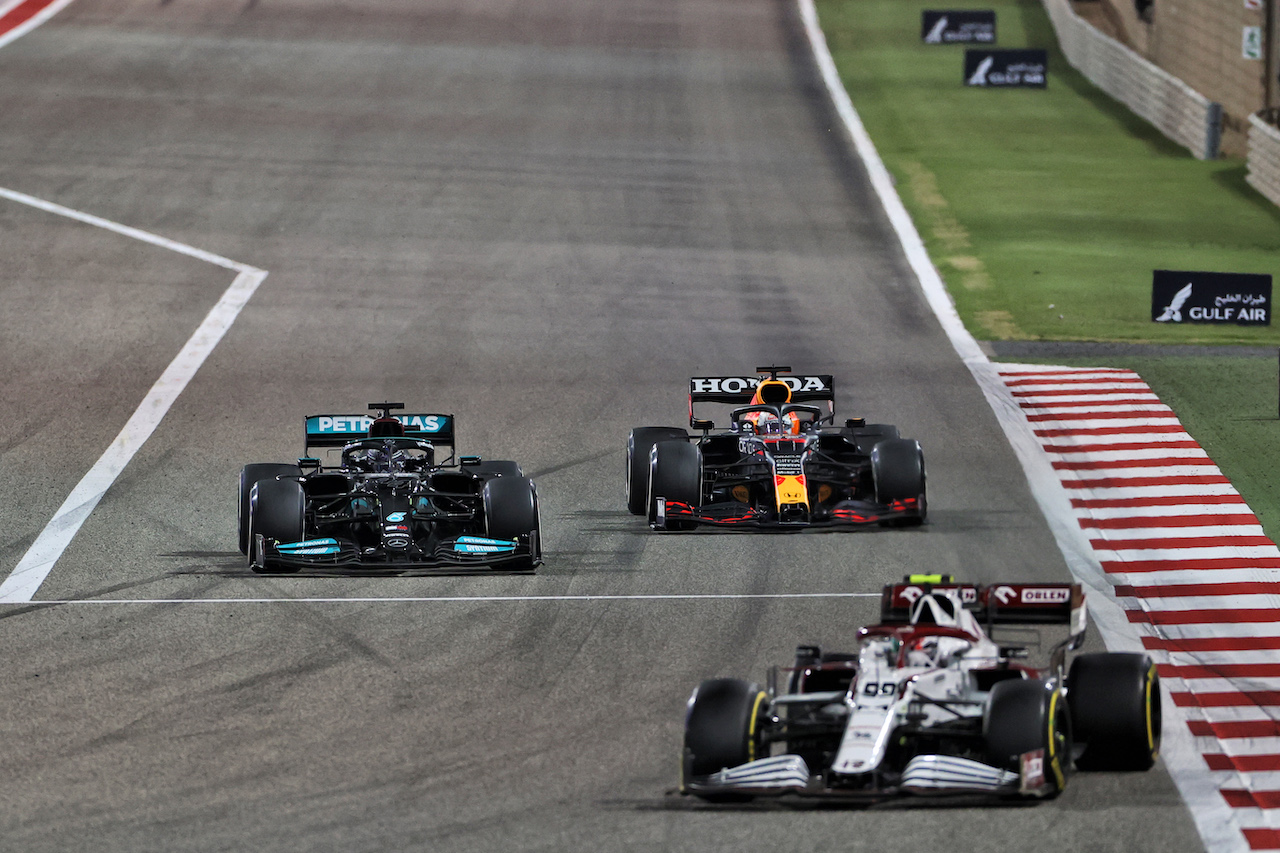 GP BAHRAIN, Lewis Hamilton (GBR) Mercedes AMG F1 W12 e Max Verstappen (NLD) Red Bull Racing RB16B battle for position.