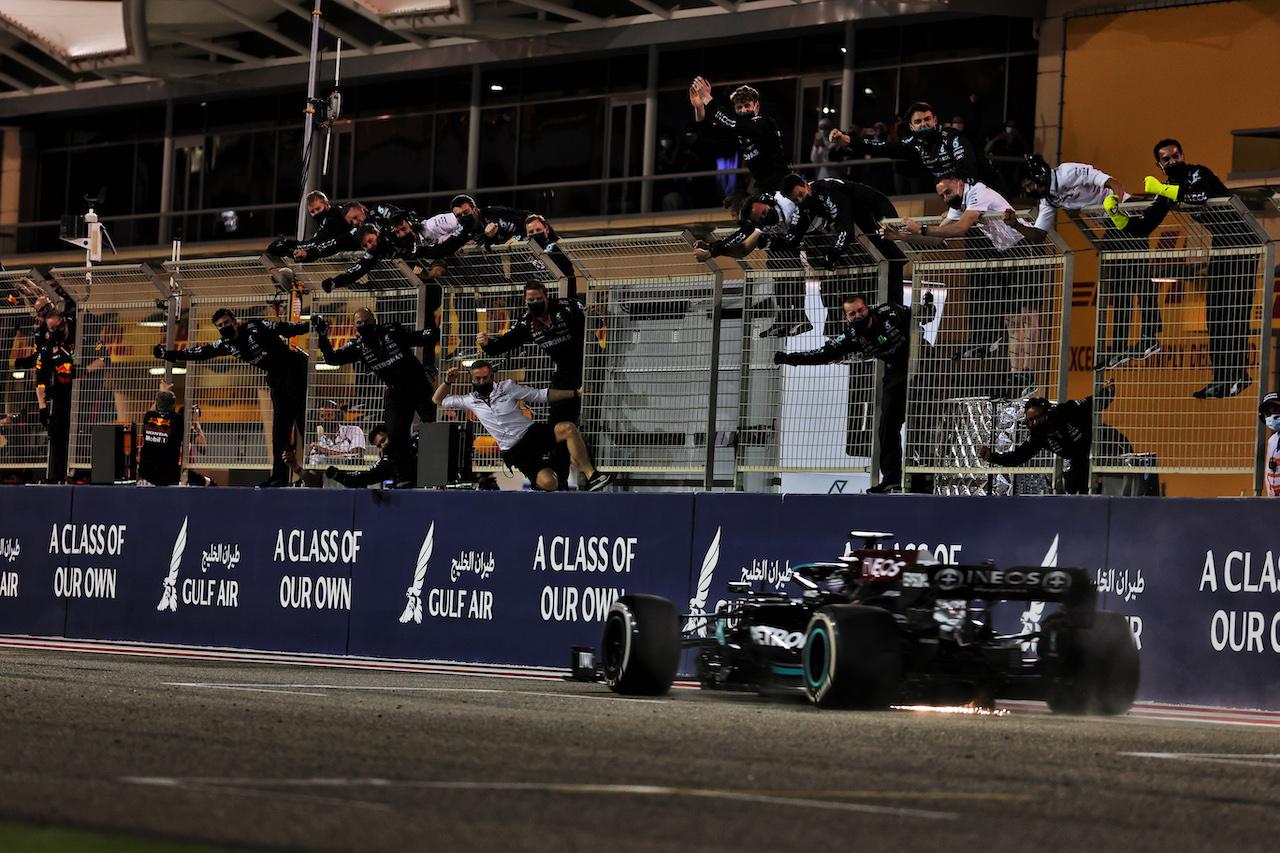 GP BAHRAIN, Gara winner Lewis Hamilton (GBR) Mercedes AMG F1 W12 passes his celebrating team at the end of the race. 28.03.2021. Formula 1 World Championship, Rd 1, Bahrain Grand Prix, Sakhir, Bahrain, Gara Day. - www.xpbimages.com, EMail: requests@xpbimages.com © Copyright: Batchelor / XPB Images