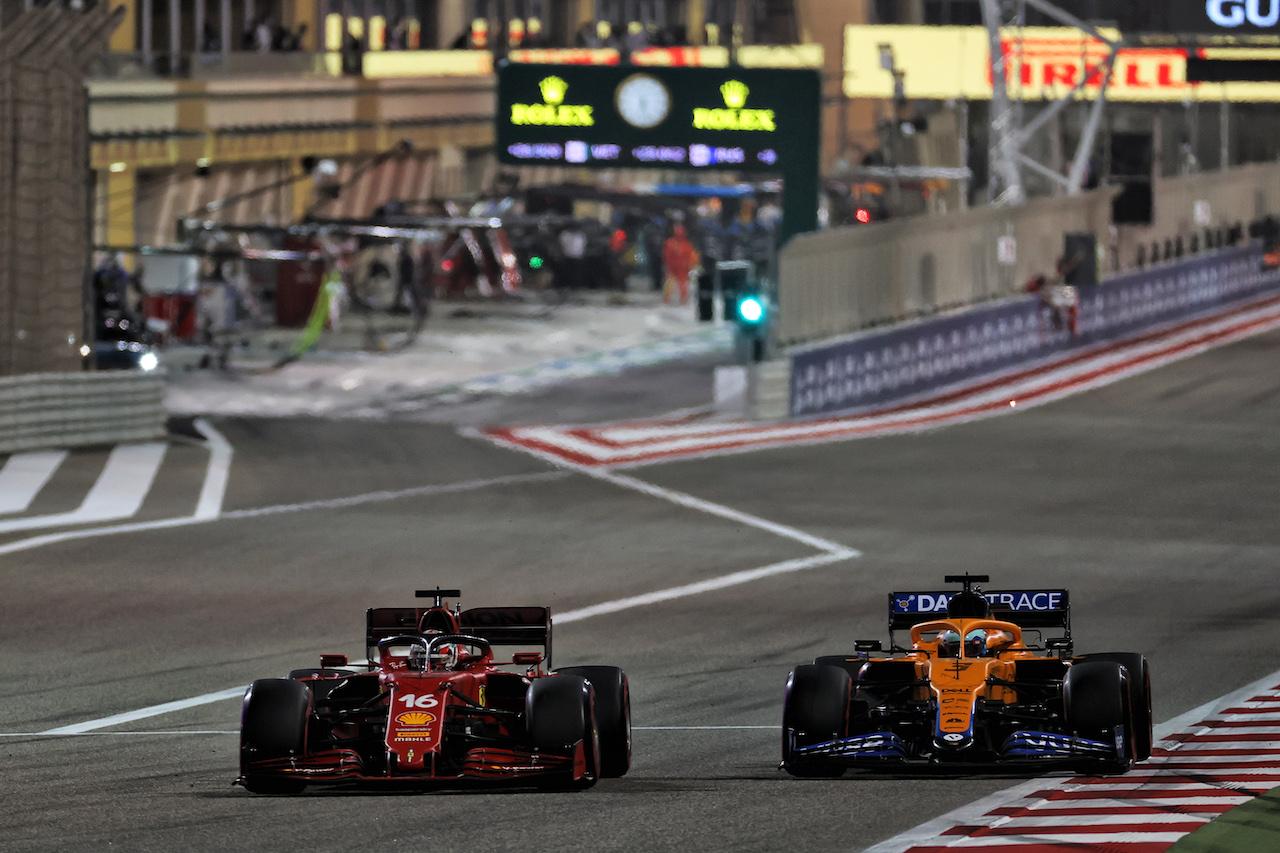 GP BAHRAIN, Charles Leclerc (MON) Ferrari SF-21 e Daniel Ricciardo (AUS) McLaren MCL35M battle for position. 28.03.2021. Formula 1 World Championship, Rd 1, Bahrain Grand Prix, Sakhir, Bahrain, Gara Day. - www.xpbimages.com, EMail: requests@xpbimages.com © Copyright: Batchelor / XPB Images