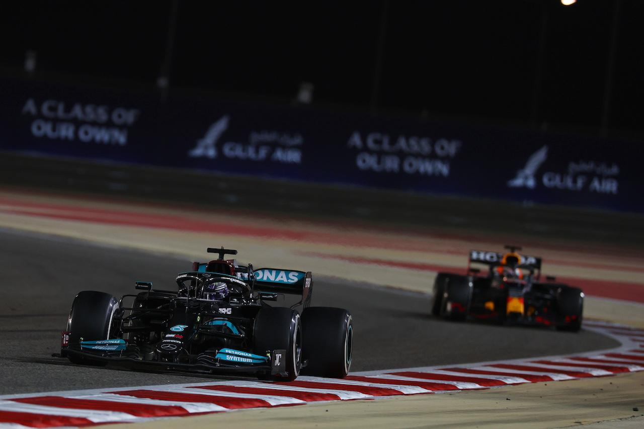 GP BAHRAIN, Lewis Hamilton (GBR) Mercedes AMG F1 W12 davanti a Max Verstappen (NLD) Red Bull Racing RB16B.28.03.2021. Formula 1 World Championship, Rd 1, Bahrain Grand Prix, Sakhir, Bahrain, Gara Day.- www.xpbimages.com, EMail: requests@xpbimages.com © Copyright: Batchelor / XPB Images