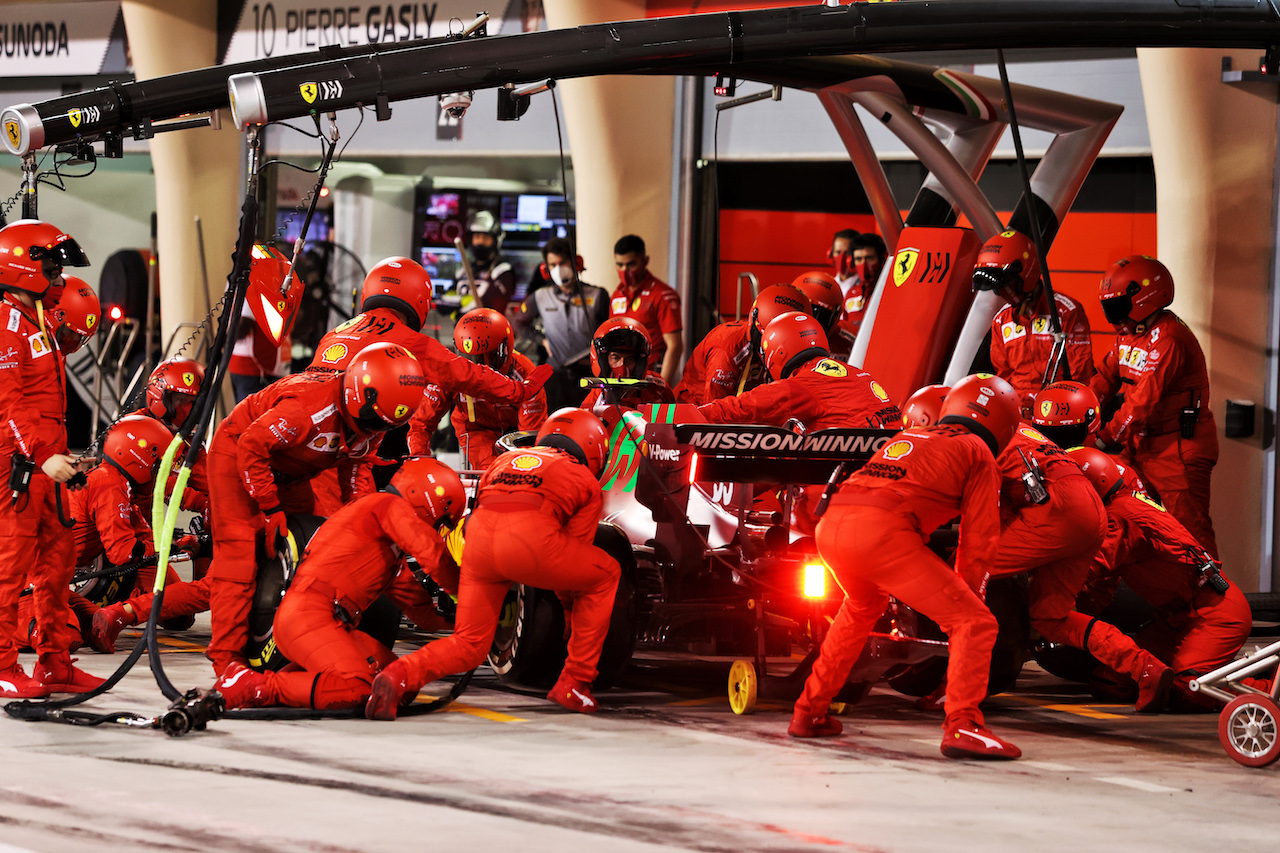 GP BAHRAIN, Carlos Sainz Jr (ESP) Ferrari SF-21 makes a pit stop. 28.03.2021. Formula 1 World Championship, Rd 1, Bahrain Grand Prix, Sakhir, Bahrain, Gara Day. - www.xpbimages.com, EMail: requests@xpbimages.com © Copyright: Moy / XPB Images