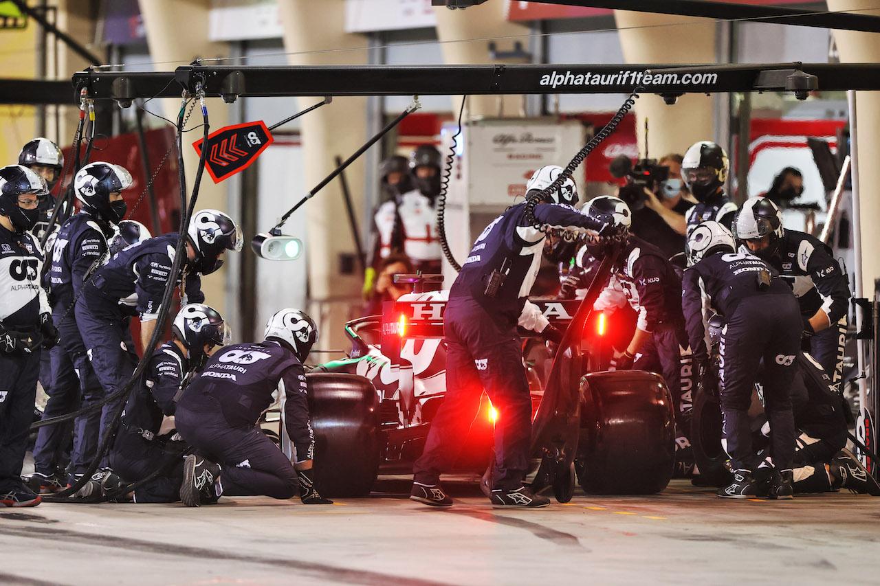 GP BAHRAIN, Yuki Tsunoda (JPN) AlphaTauri AT02 makes a pit stop. 28.03.2021. Formula 1 World Championship, Rd 1, Bahrain Grand Prix, Sakhir, Bahrain, Gara Day. - www.xpbimages.com, EMail: requests@xpbimages.com © Copyright: Moy / XPB Images