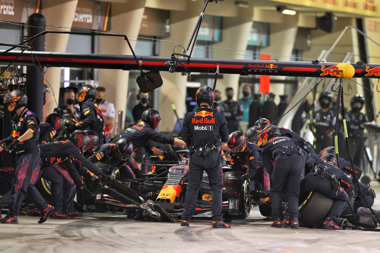 GP BAHRAIN, Max Verstappen (NLD) Red Bull Racing RB16B makes a pit stop. 28.03.2021. Formula 1 World Championship, Rd 1, Bahrain Grand Prix, Sakhir, Bahrain, Gara Day. - www.xpbimages.com, EMail: requests@xpbimages.com © Copyright: Moy / XPB Images