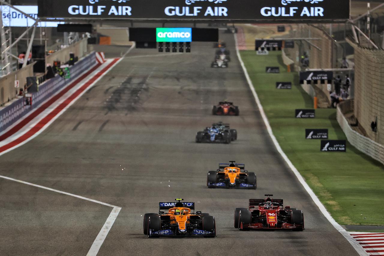 GP BAHRAIN, Charles Leclerc (MON) Ferrari SF-21 e Lando Norris (GBR) McLaren MCL35M battle for position. 28.03.2021. Formula 1 World Championship, Rd 1, Bahrain Grand Prix, Sakhir, Bahrain, Gara Day. - www.xpbimages.com, EMail: requests@xpbimages.com © Copyright: Batchelor / XPB Images