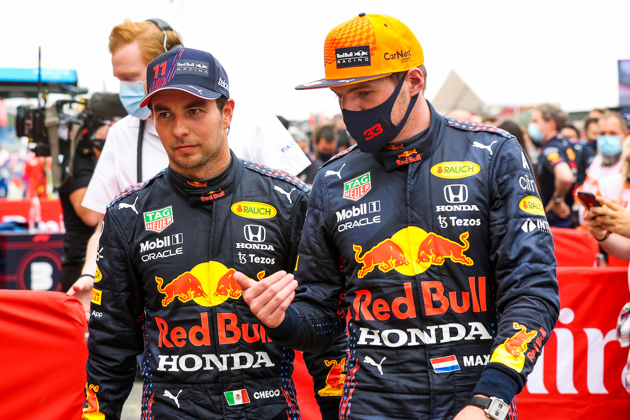 GP FRANCIA, (L to R): Sergio Perez (MEX) Red Bull Racing with vincitore Max Verstappen (NLD) Red Bull Racing in parc ferme. 20.06.2021. Formula 1 World Championship, Rd 7, French Grand Prix, Paul Ricard, France, Gara Day. - www.xpbimages.com, EMail: requests@xpbimages.com © Copyright: FIA Pool Image for Editorial Use Only