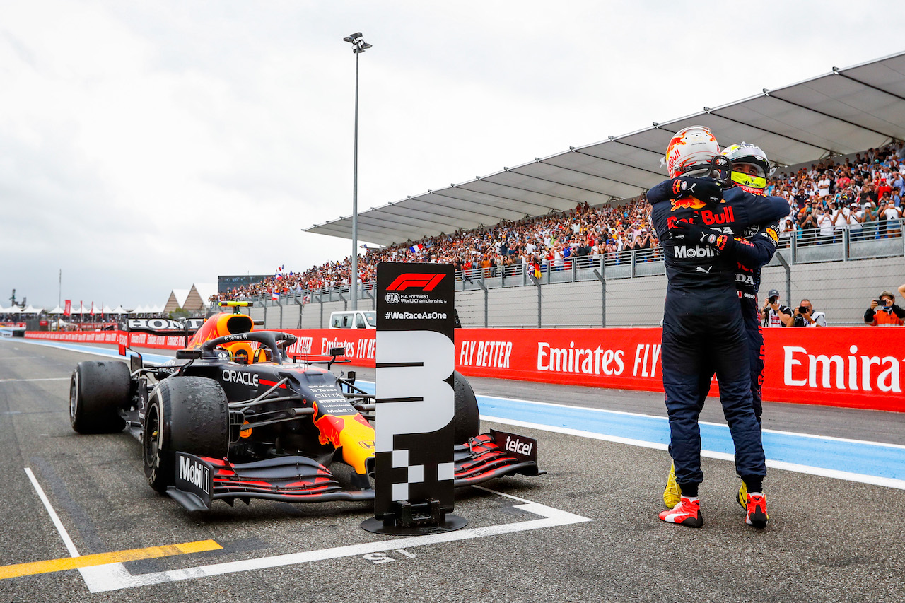 GP FRANCIA, (L to R): Gara winner Max Verstappen (NLD) Red Bull Racing celebrates with third placed team mate Sergio Perez (MEX) Red Bull Racing in parc ferme. 20.06.2021. Formula 1 World Championship, Rd 7, French Grand Prix, Paul Ricard, France, Gara Day. - www.xpbimages.com, EMail: requests@xpbimages.com © Copyright: FIA Pool Image for Editorial Use Only