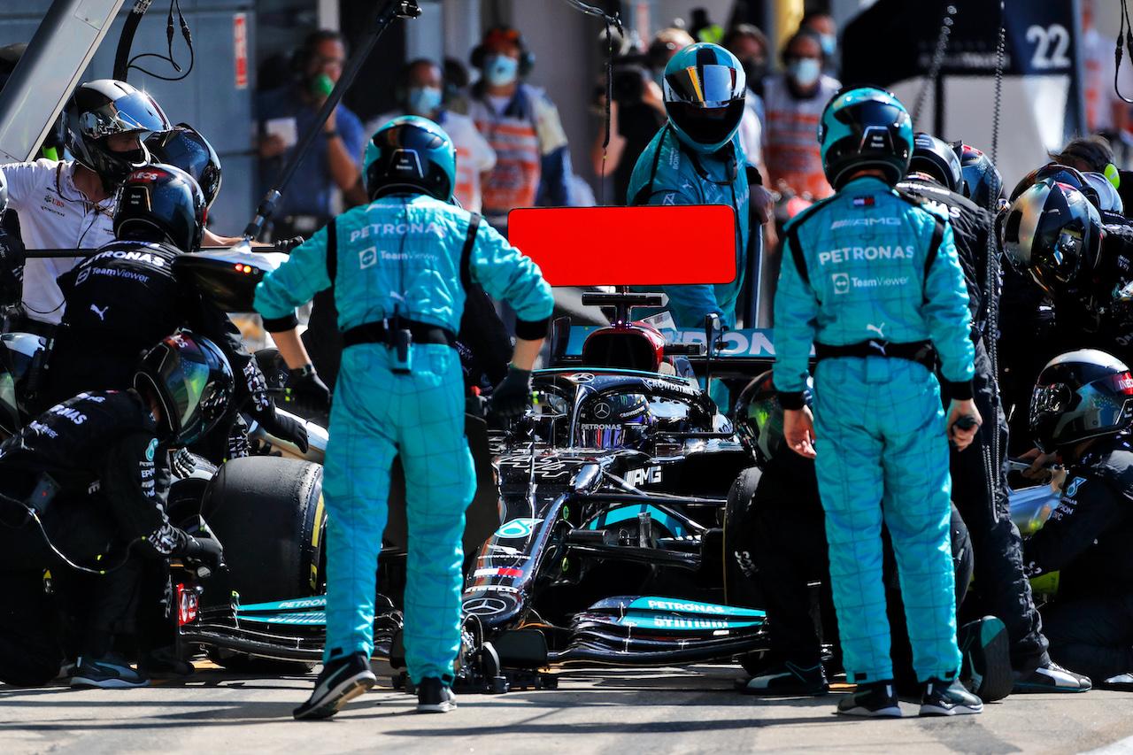 GP GRAN BRETAGNA, Lewis Hamilton (GBR) Mercedes AMG F1 W12 makes a pit stop. 18.07.2021. Formula 1 World Championship, Rd 10, British Grand Prix, Silverstone, England, Gara Day. - www.xpbimages.com, EMail: requests@xpbimages.com © Copyright: Staley / XPB Images