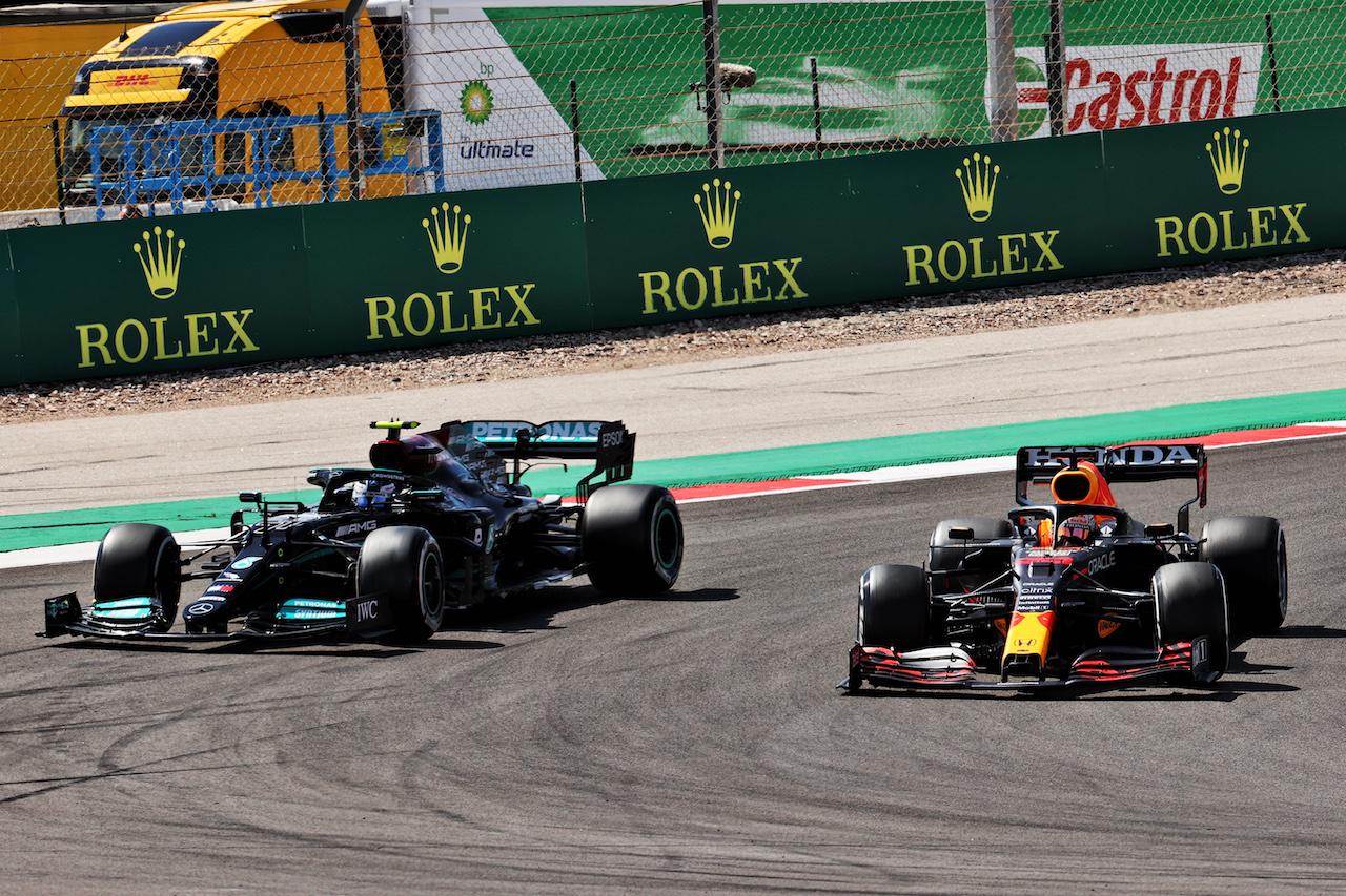 GP PORTOGALLO, Max Verstappen (NLD) Red Bull Racing RB16B e Valtteri Bottas (FIN) Mercedes AMG F1 W12 battle for position. 02.05.2021. Formula 1 World Championship, Rd 3, Portuguese Grand Prix, Portimao, Portugal, Gara Day. - www.xpbimages.com, EMail: requests@xpbimages.com © Copyright: Batchelor / XPB Images