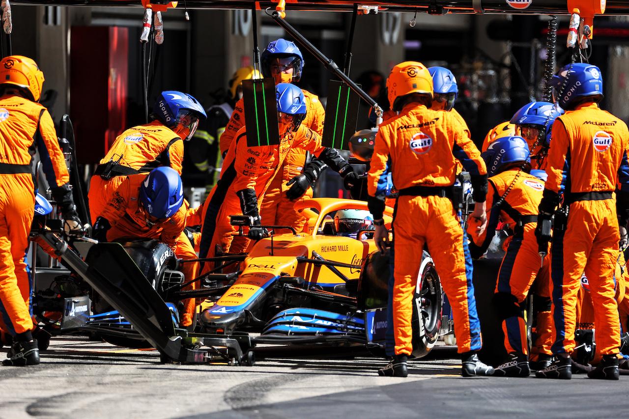 GP PORTOGALLO, Daniel Ricciardo (AUS) McLaren MCL35M makes a pit stop. 02.05.2021. Formula 1 World Championship, Rd 3, Portuguese Grand Prix, Portimao, Portugal, Gara Day. - www.xpbimages.com, EMail: requests@xpbimages.com © Copyright: Charniaux / XPB Images