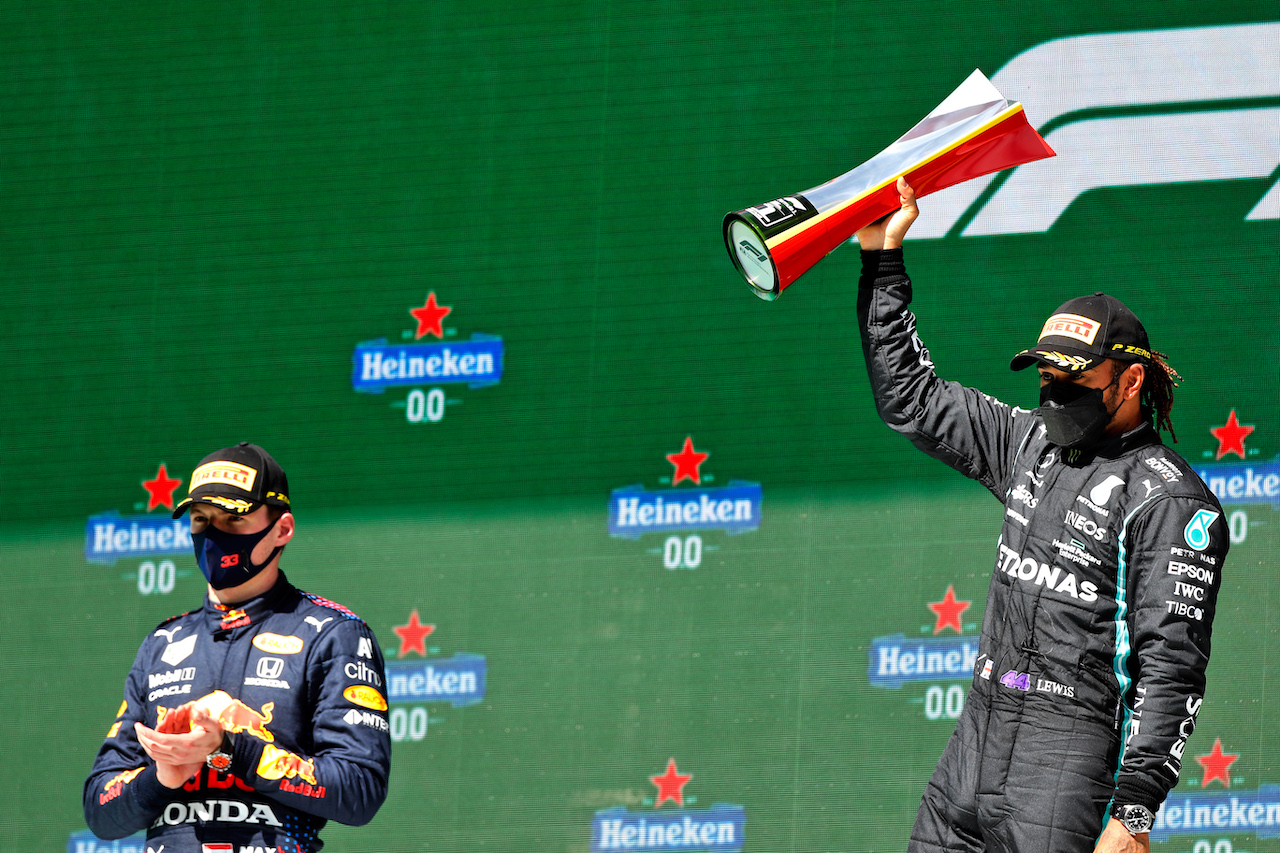 GP PORTOGALLO, Gara winner Lewis Hamilton (GBR) Mercedes AMG F1 (Right) celebrates on the podium alongside second placed Max Verstappen (NLD) Red Bull Racing. 02.05.2021. Formula 1 World Championship, Rd 3, Portuguese Grand Prix, Portimao, Portugal, Gara Day.  - www.xpbimages.com, EMail: requests@xpbimages.com © Copyright: Staley / XPB Images