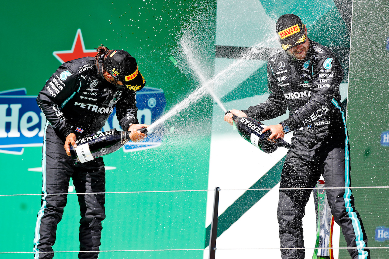 GP PORTOGALLO, (L to R): Gara winner Lewis Hamilton (GBR) Mercedes AMG F1 celebrates on the podium with third placed team mate Valtteri Bottas (FIN) Mercedes AMG F1. 02.05.2021. Formula 1 World Championship, Rd 3, Portuguese Grand Prix, Portimao, Portugal, Gara Day.  - www.xpbimages.com, EMail: requests@xpbimages.com © Copyright: Staley / XPB Images