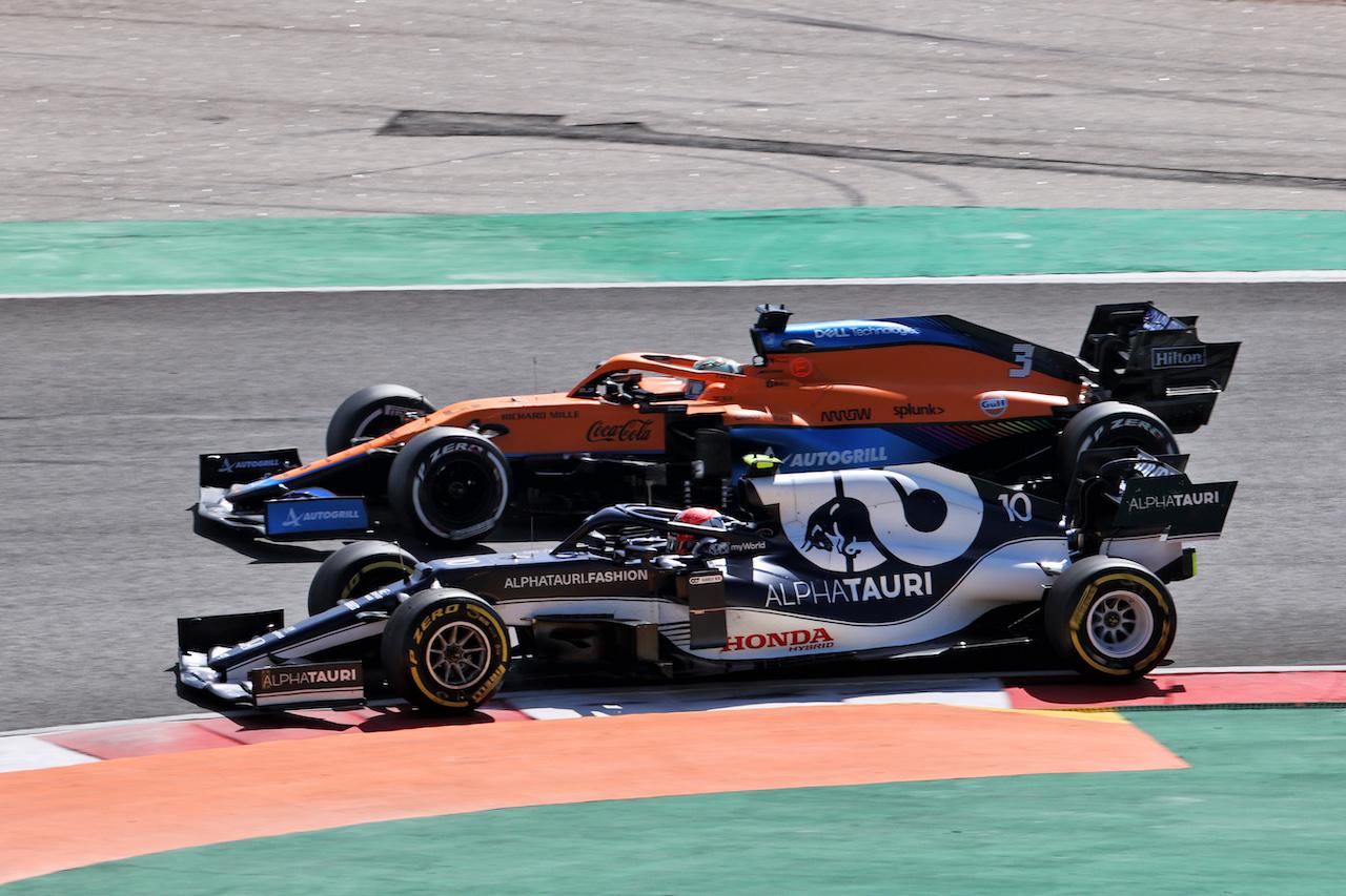 GP PORTOGALLO, Pierre Gasly (FRA) AlphaTauri AT02 e Daniel Ricciardo (AUS) McLaren MCL35M battle for position. 02.05.2021. Formula 1 World Championship, Rd 3, Portuguese Grand Prix, Portimao, Portugal, Gara Day. - www.xpbimages.com, EMail: requests@xpbimages.com © Copyright: Batchelor / XPB Images