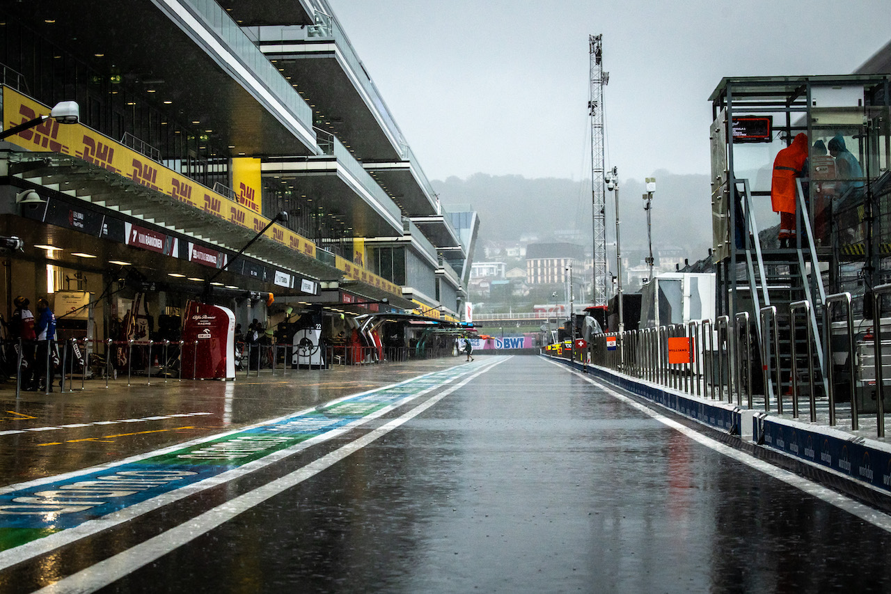 GP RUSSIA, Circuit Atmosfera - a wet pit lane as rain falls. 25.09.2021. Formula 1 World Championship, Rd 15, Russian Grand Prix, Sochi Autodrom, Sochi, Russia, Qualifiche Day. - www.xpbimages.com, EMail: requests@xpbimages.com © Copyright: Bearne / XPB Images