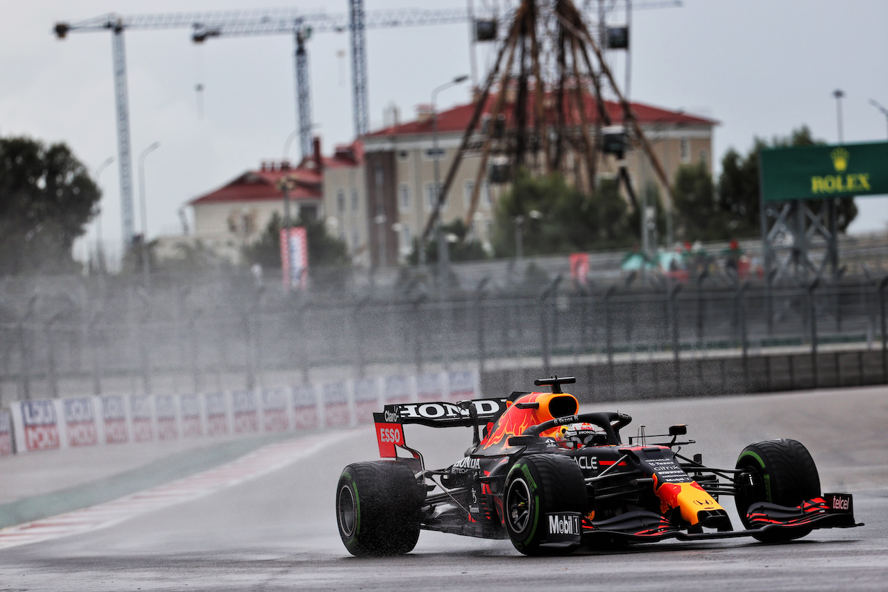 GP RUSSIA, Max Verstappen (NLD) Red Bull Racing RB16B. 25.09.2021. Formula 1 World Championship, Rd 15, Russian Grand Prix, Sochi Autodrom, Sochi, Russia, Qualifiche Day. - www.xpbimages.com, EMail: requests@xpbimages.com © Copyright: Batchelor / XPB Images