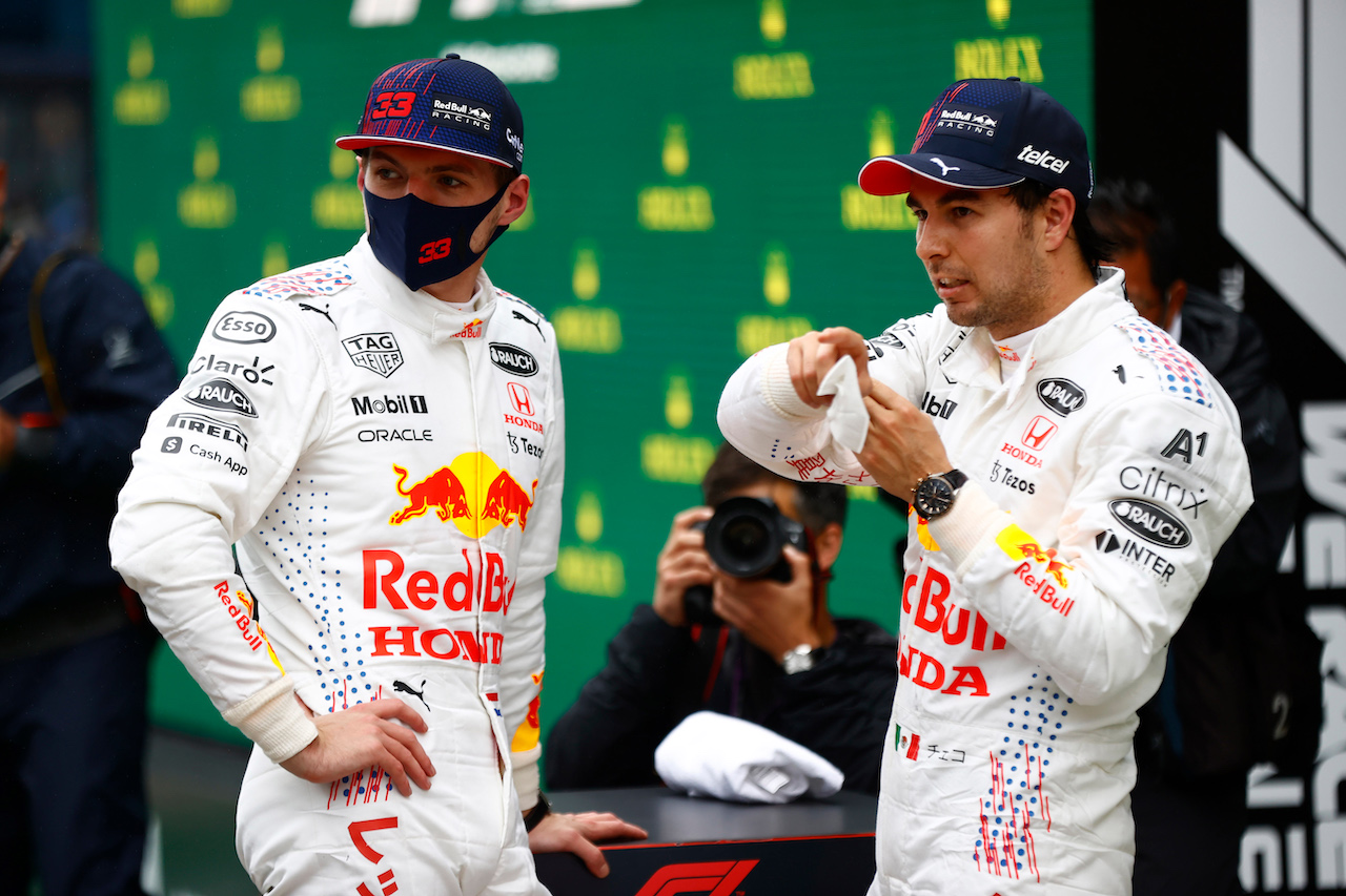 GP TURCHIA, (L to R): Max Verstappen (NLD) Red Bull Racing with team mate Sergio Perez (MEX) Red Bull Racing in parc ferme. 10.10.2021. Formula 1 World Championship, Rd 16, Turkish Grand Prix, Istanbul, Turkey, Gara Day. - www.xpbimages.com, EMail: requests@xpbimages.com © Copyright: FIA Pool Image for Editorial Use Only