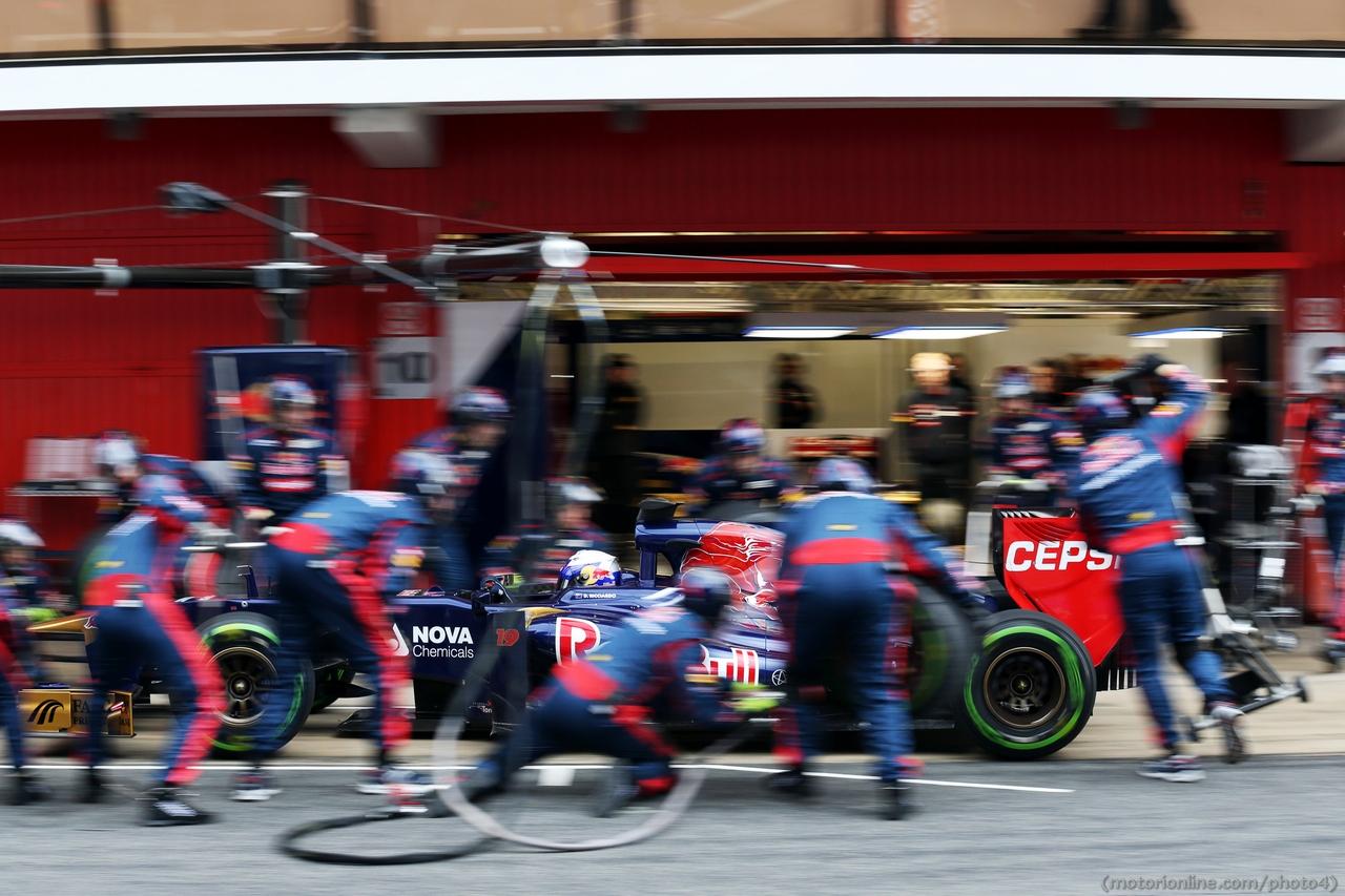 Daniel Ricciardo (AUS) Scuderia Toro Rosso STR8 practices a pit stop. 01.03.2013.
