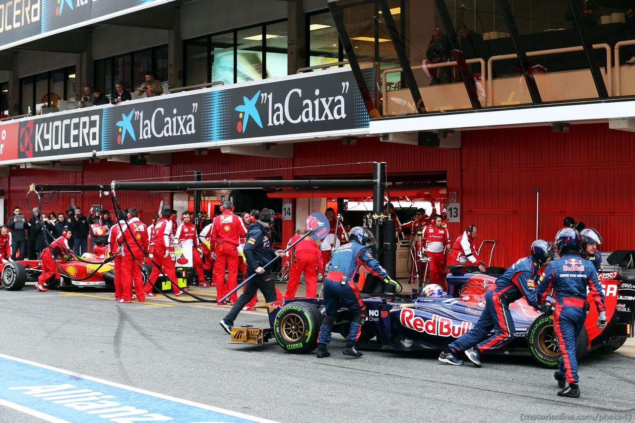 Daniel Ricciardo (AUS) Scuderia Toro Rosso STR8 and Fernando Alonso (ESP) Ferrari F138 in the pits. 01.03.2013.