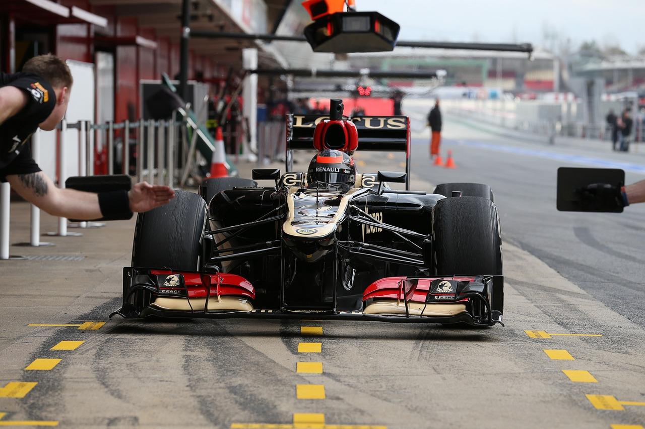 Kimi Raikkonen (FIN) Lotus F1 E21 in the pits.