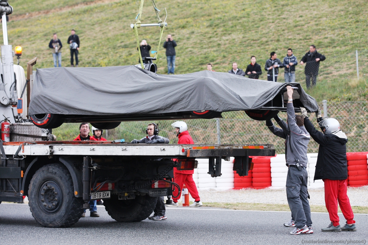 The Sauber C32 of Esteban Gutierrez (MEX) Sauber is recovered back to the pits on the back of a truck.